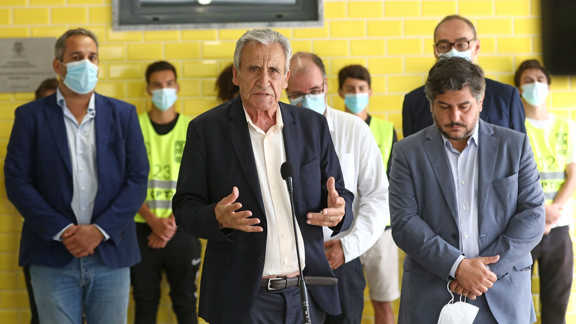 O secretário-geral do Partido Comunista Português (PCP), Jerónimo de Sousa (C), acompanhado pelo presidente da Câmara Municipal de Loures, Bernardino Soares (D), intervém durante uma visita à Escola Básica da Portela, em Loures, 07 de setembro de 2021. ANTÓNIO PEDRO SANTOS/LUSA