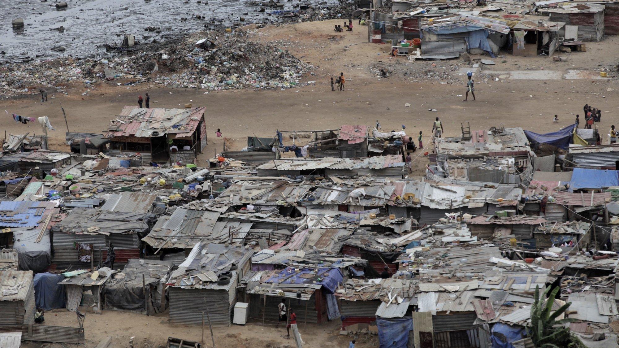 Vista de pormenor de casas do musseque da Samba na periferia da Cidade de Luanda, 2 novembro de 2015. Luanda é a capital de Angola, tem cerca de 6 milhões de habitantes a maior parte da população vive em bairros periféricos à cidade que é uma das cidades mais caras do mundo. (ACOMPANHA TEXTO). PAULO CUNHA/LUSA