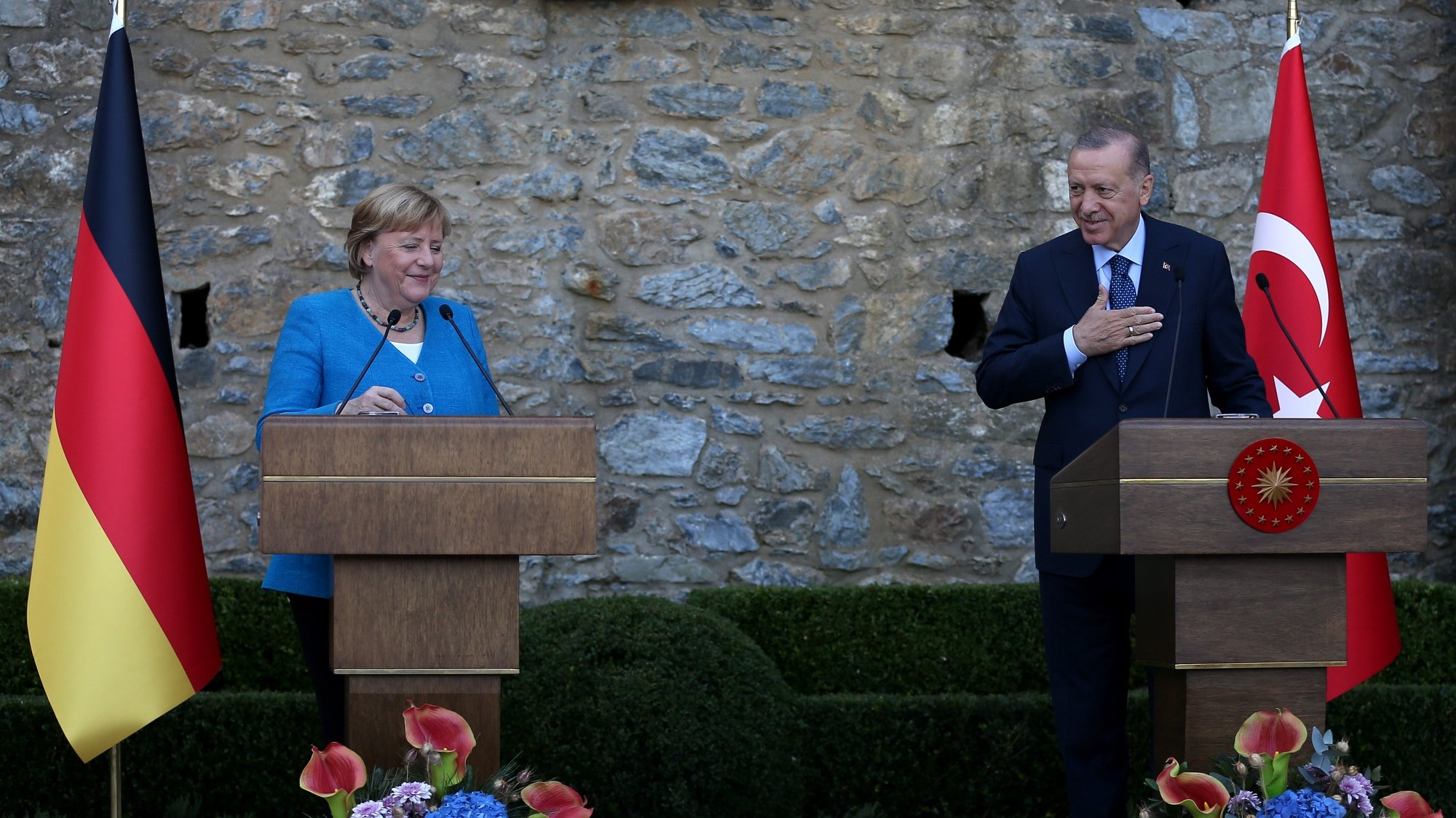 epa09526912 Turkish President Recep Tayyip Erdogan (R) and German Chancellor Angela Merkel (L) speak during a press conference after thier meeting at the Huber mansion in Istanbul, Turkey, 16 October 2021. The German Chancellor is currently on a farewell tour of various countries.  EPA/ERDEM SAHIN