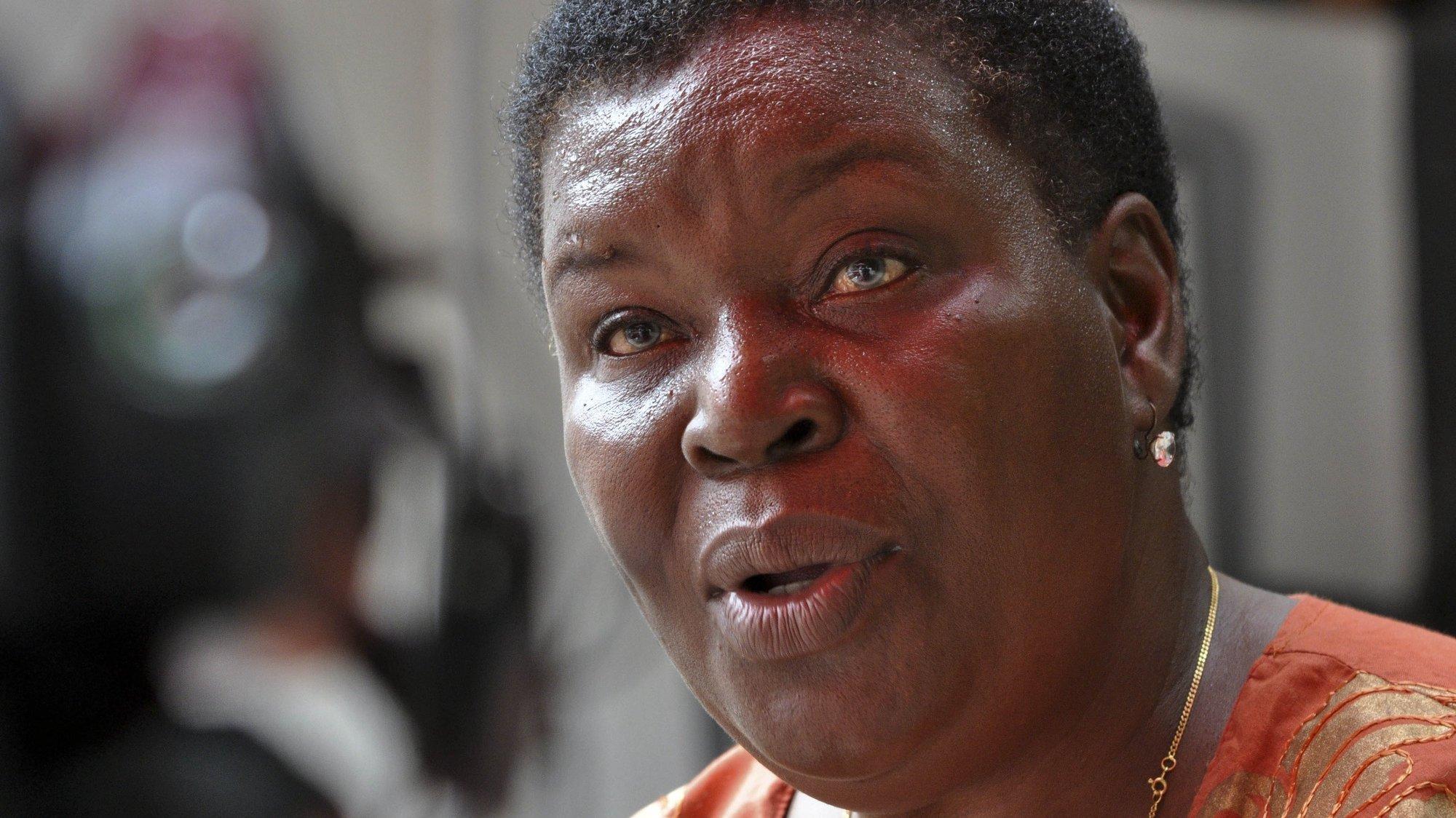 """O mais recente livro da escritora moçambicana Paulina Chiziane, """"Na mão de Deus"""", evoca a experiência da autora durante um internamento numa ala psiquiátrica, onde, diz que despertou para a """"mediunidade"""", Maputo, 27 de janeiro de 2013.  (ACOMPANHA TEXTO) ANTONIO SILVA/LUSA"""