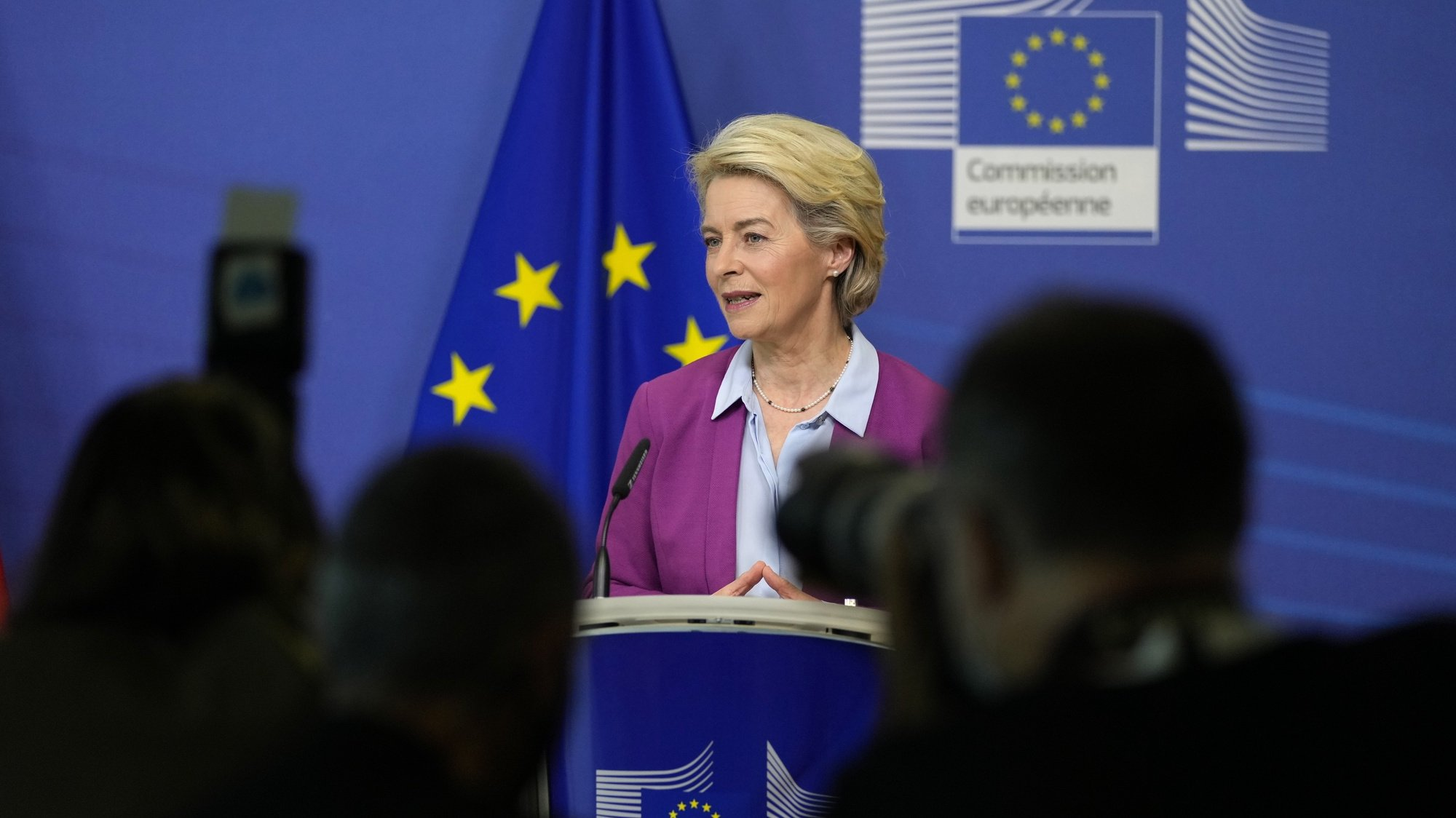 epa09523011 European Commission President Ursula von der Leyen speaks during a media statement with newly appointed Austria's Chancellor Schallenberg prior to a meeting at EU headquarters in Brussels, Belgium, 14 October 2021.  EPA/VIRGINIA MAYO / POOL
