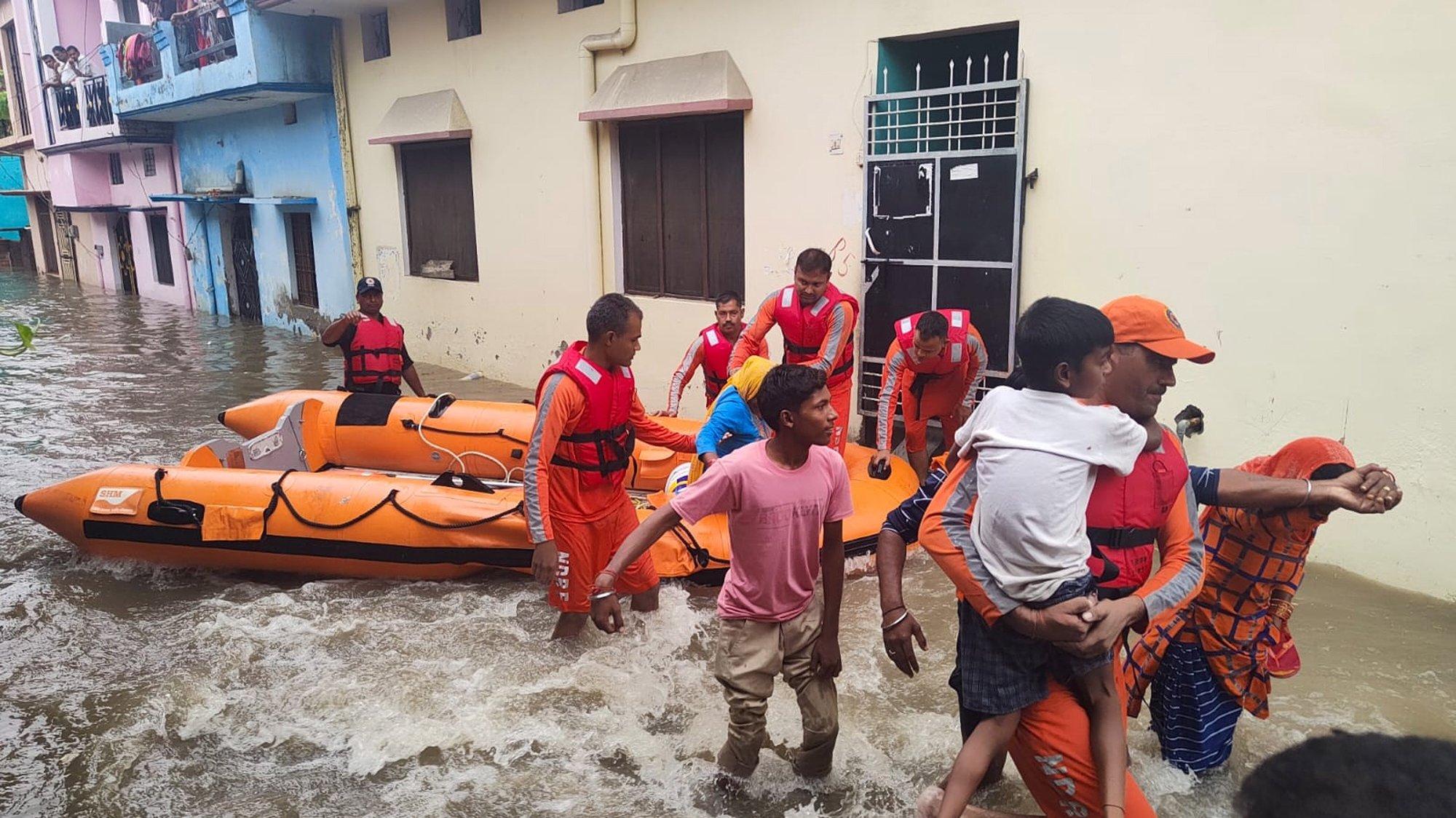 Agentes da Força Nacional de Resposta a Desastres indiana (NDRF) durante uma operação de salvamento. Nagar, Uttrakhand, Índia, 19 de outubro de 2021