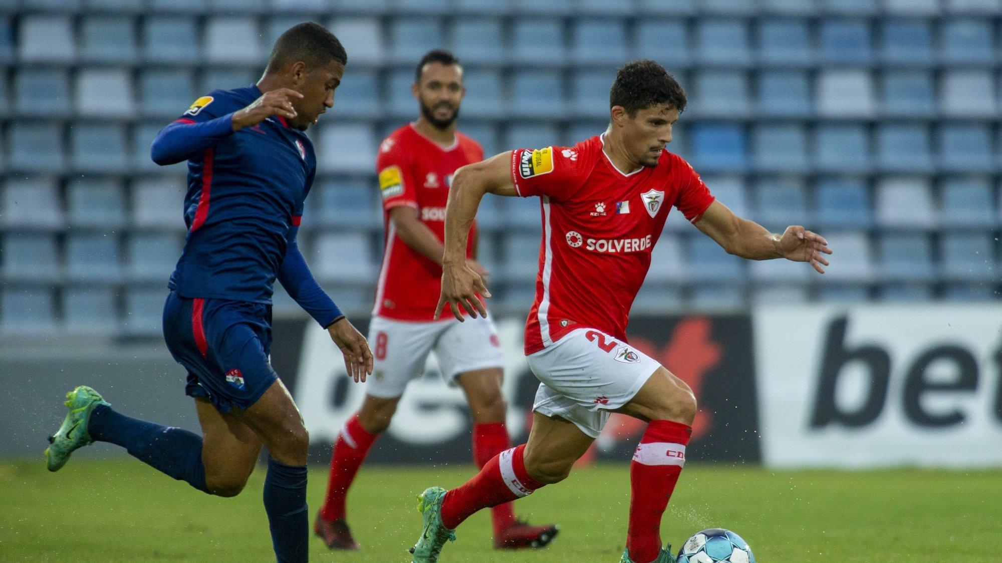 Rafael Ramos (D) do Santa Clara disputa a bola com Samuel Lino do Gil Vicente durante o jogo da Primeira Liga de Futebol, disputado no Estádio de São Miguel em Ponta Delgada, 29 de Agosto de 2021. EDUARDO COSTA/LUSA