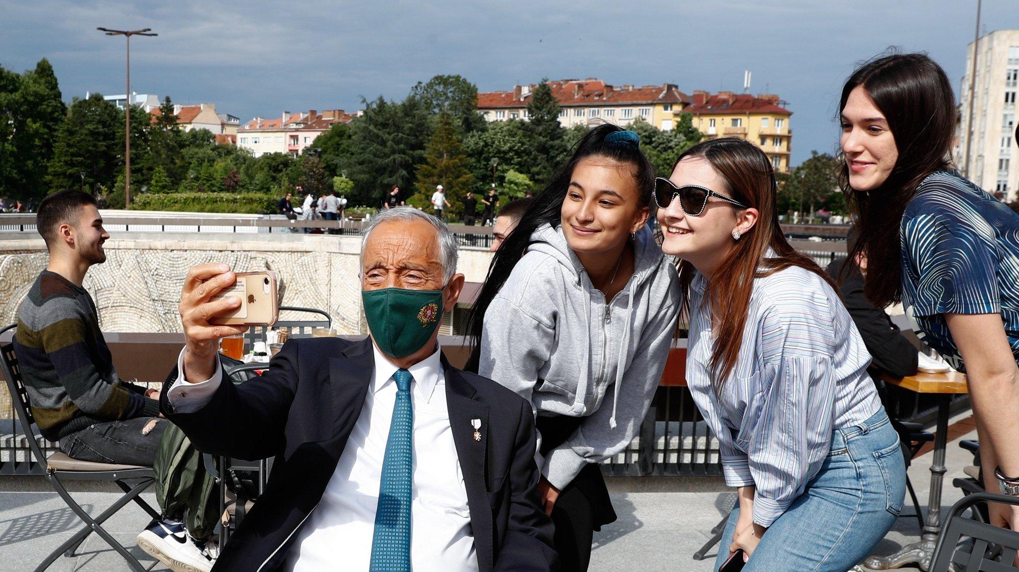 O Presidente da República de Portugal, Marcelo Rebelo de Sousa, tira uma selfie durante um passeio pelo centro da cidade, Sófia, Bulgária, 02 de junho de 2021. Marcelo Rebelo de Sousa, está na Bulgária, para uma Visita Oficial de três dias. ANTÓNIO COTRIM/LUSA