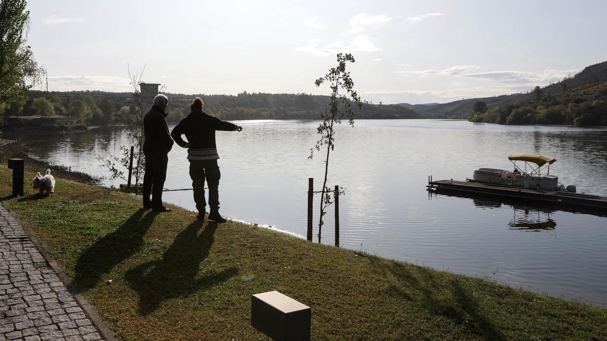 Habitantes de Vila Velha de Ródão observam o baixo nível da água no rio Tejo que atingiu os níveis mais baixos que foram registados nas últimas décadas, situação que afetou, sobretudo, as regiões portuguesas e espanholas do Tejo Internacional e secaram, inclusivamente alguns afluentes, como o rio Ponsul, Castelo Branco, 22 de outubro de 2019. (ACOMPANHA TEXTO DE 27/10/2019) PAULO NOVAIS/LUSA