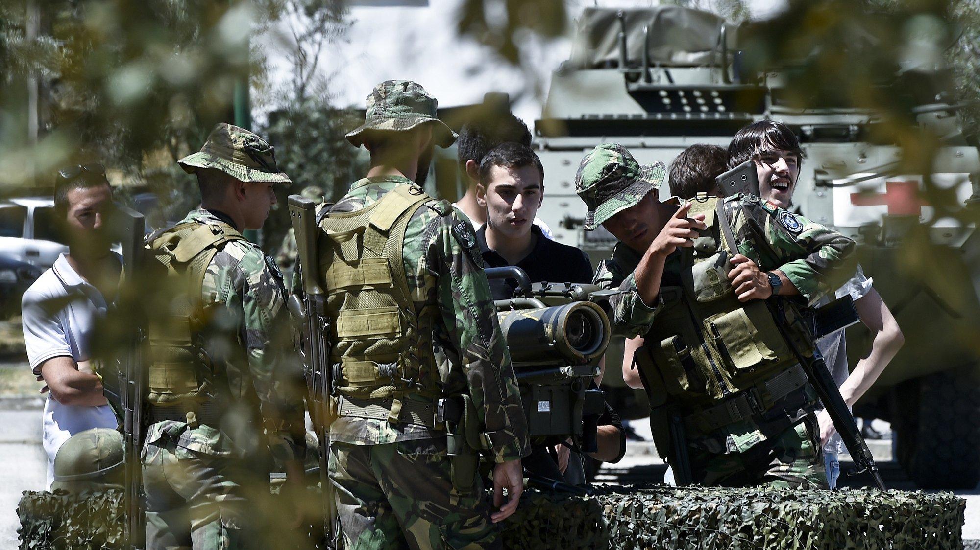 Um grupo de jovens observa alguma artilharia militar durante as atividades do Dia da Defesa Nacional no Regimento de Infantaria 14, em Viseu, 25 de Junho de 2016. NUNO ANDRÉ FERREIRA/LUSA.
