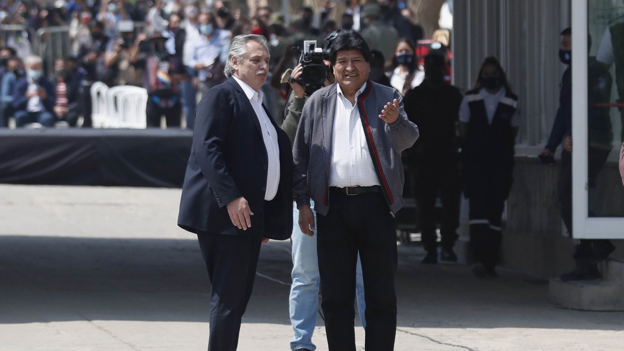 epa08809851 Former Bolivian President Evo Morales (R) with Argentinian President Alberto Fernandez (L) attend a welcome ceremony in Villazon, a Bolivian town in the frontier with Argentina, 09 November 2020. After eleven months in Argentina, the former Bolivian President Evo Morales has returned to his country. Morales' return was possible thanks to the new Government led by Luis Arce, a member of the Morales' party Movement for Socialism.  EPA/PAOLO AGUILAR