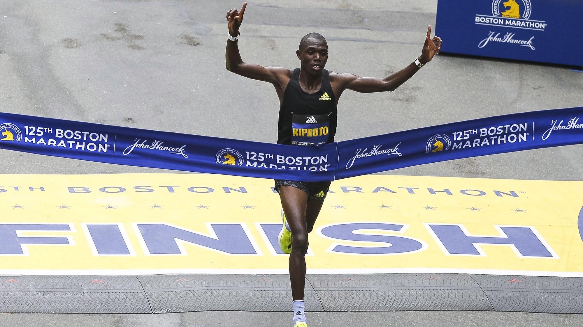 epa09518844 Benson Kipruto of Kenya crosses the finish line in first place to win the men's race of the 125th Boston Marathon in Boston, Massachusetts, USA, 11 October 2021.  EPA/HERB SWANSON