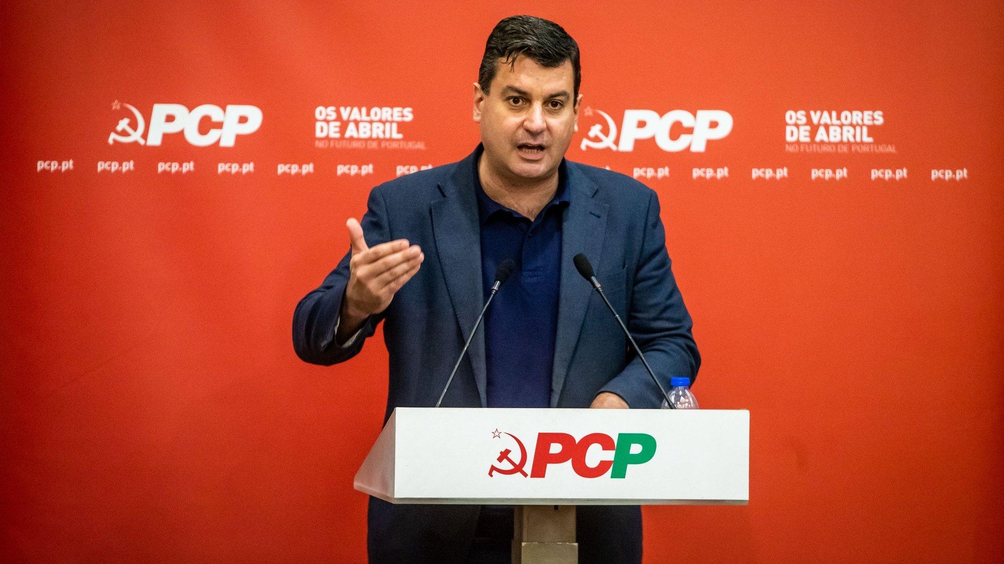 """O deputado do Partido Comunista Português (PCP), Bruno Dias, usa da palavra durante a mesa redonda: """"Produção nacional de embarcações e navios - O desenvolvimento do aparelho produtivo e do setor marítimo-portuário"""", no centro de trabalho Vitória, em Lisboa, 06 de julho de 2021. JOSÉ SENA GOULÃO/LUSA"""