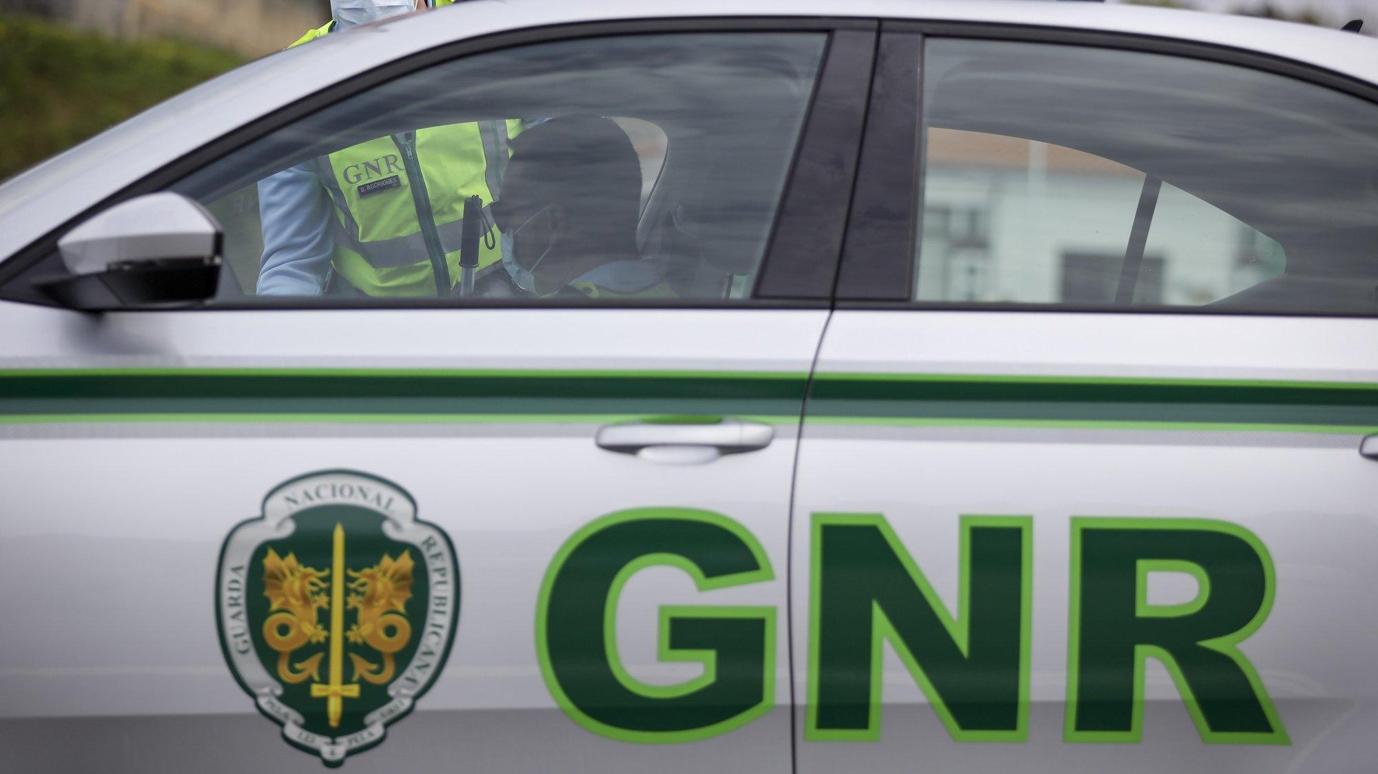 Um militar da GNR durante uma operação stop de sensibilização para o cumprimento do dever geral de isolamento, na Autoestrada A1 nas portagens dos Carvalhos/Grijó no sentido Sul/Norte, Vila Nova de Gaia, 29 de março de 2020. MANUEL FERNANDO ARAÚJO/LUSA