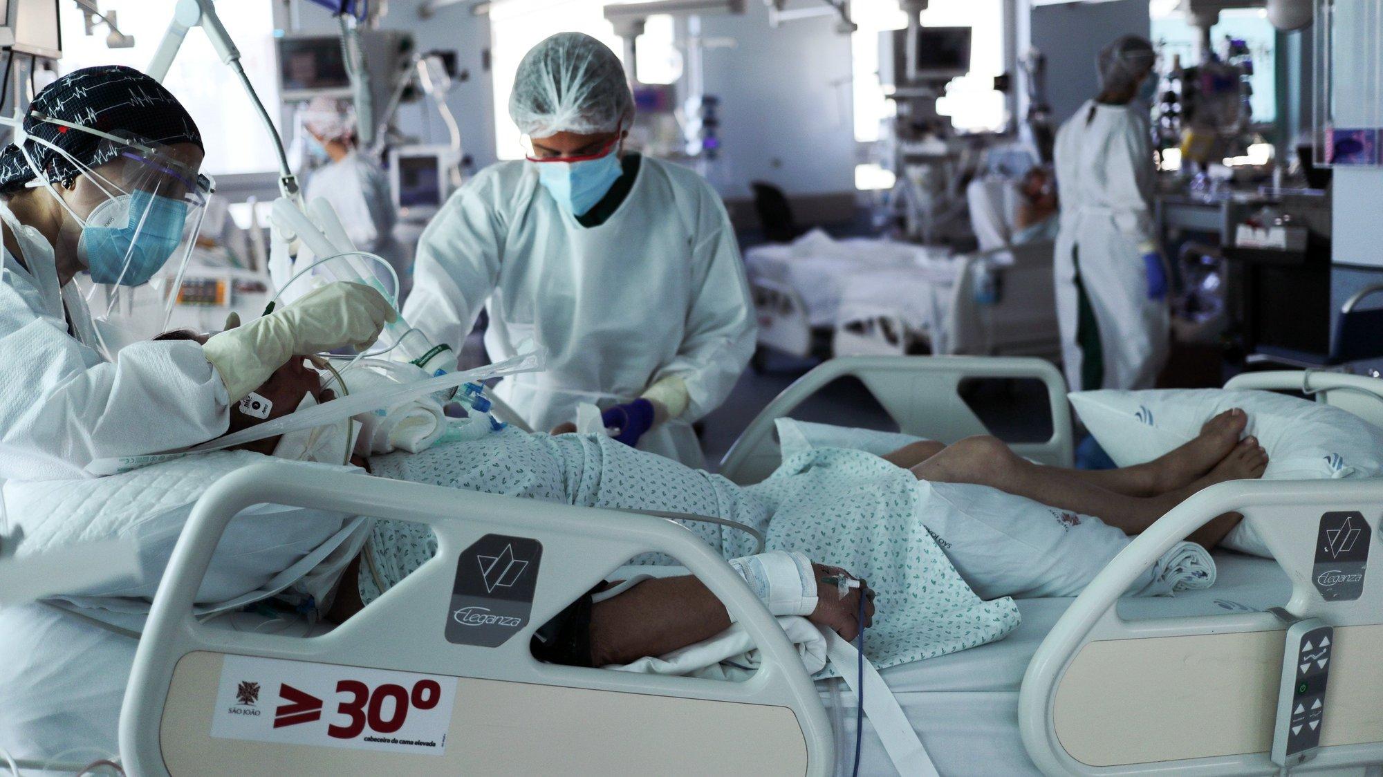 """Serviço de cuidados intensivos Neurocríticos do Hospital de São João, no Porto, 26 de outubro de 2020. As """"doenças de inverno"""" que habitualmente lotam os serviços dos hospitais ainda não chegaram, mas no Centro Hospitalar Universitário de São João há alas esgotadas devido à """"pressão"""" da covid-19, algo que os especialistas veem com """"muita preocupação"""". (ACOMPANHA TEXTO DA LUSA DO DIA 28 DE OUTUBRO DE 2020). ESTELA SILVA/LUSA"""