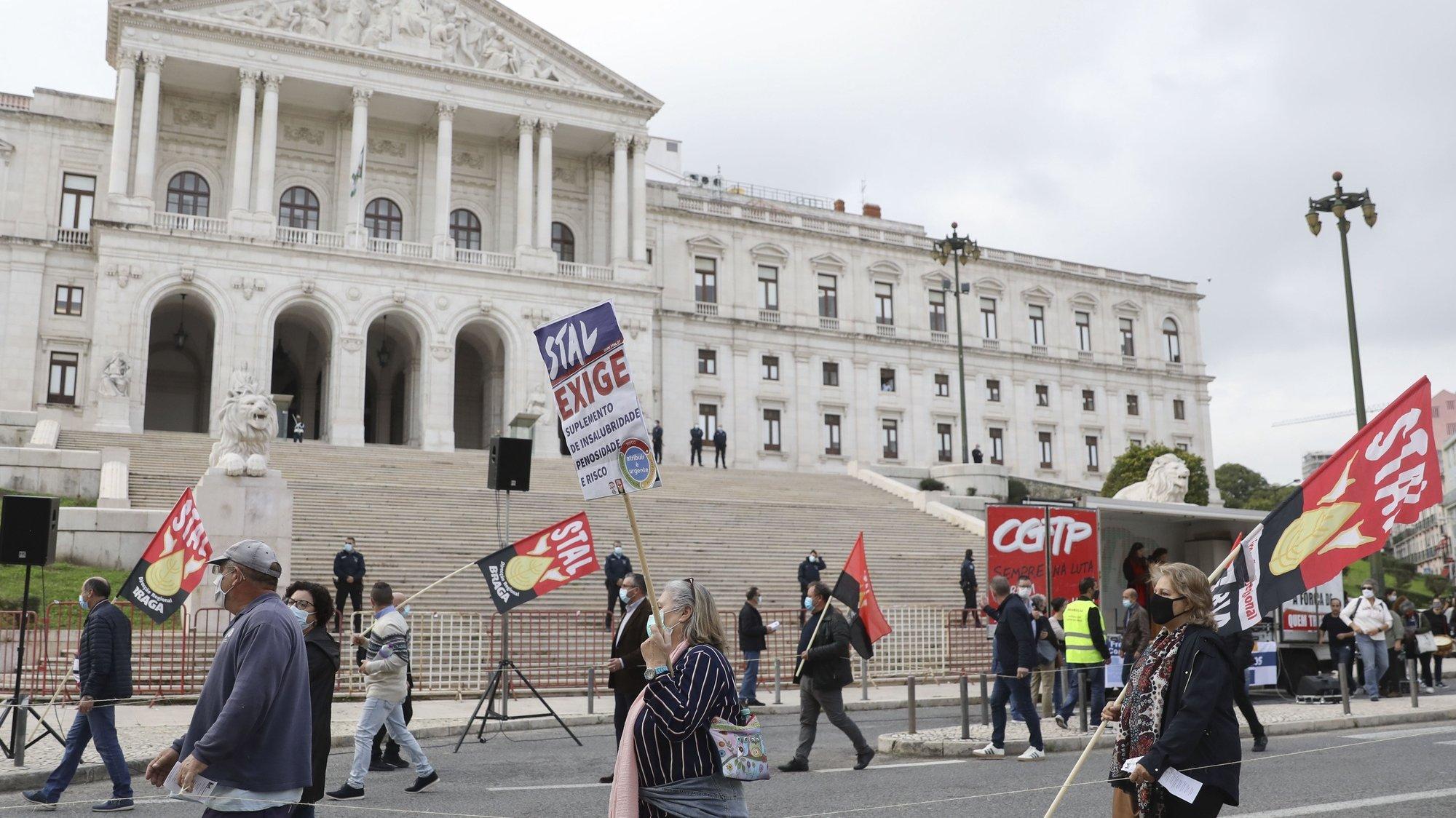 """Manifestantes afetos à Frente Comum de Sindicatos da Administração Pública participam no protesto com o lema """"Frente Comum em Luta"""", como resposta a """"um Orçamento do Estado para 2021 (OE2021) que não responde às reivindicações dos trabalhadores"""", em Lisboa, 13 de novembro de 2020. ANTÓNIO COTRIM/LUSA"""