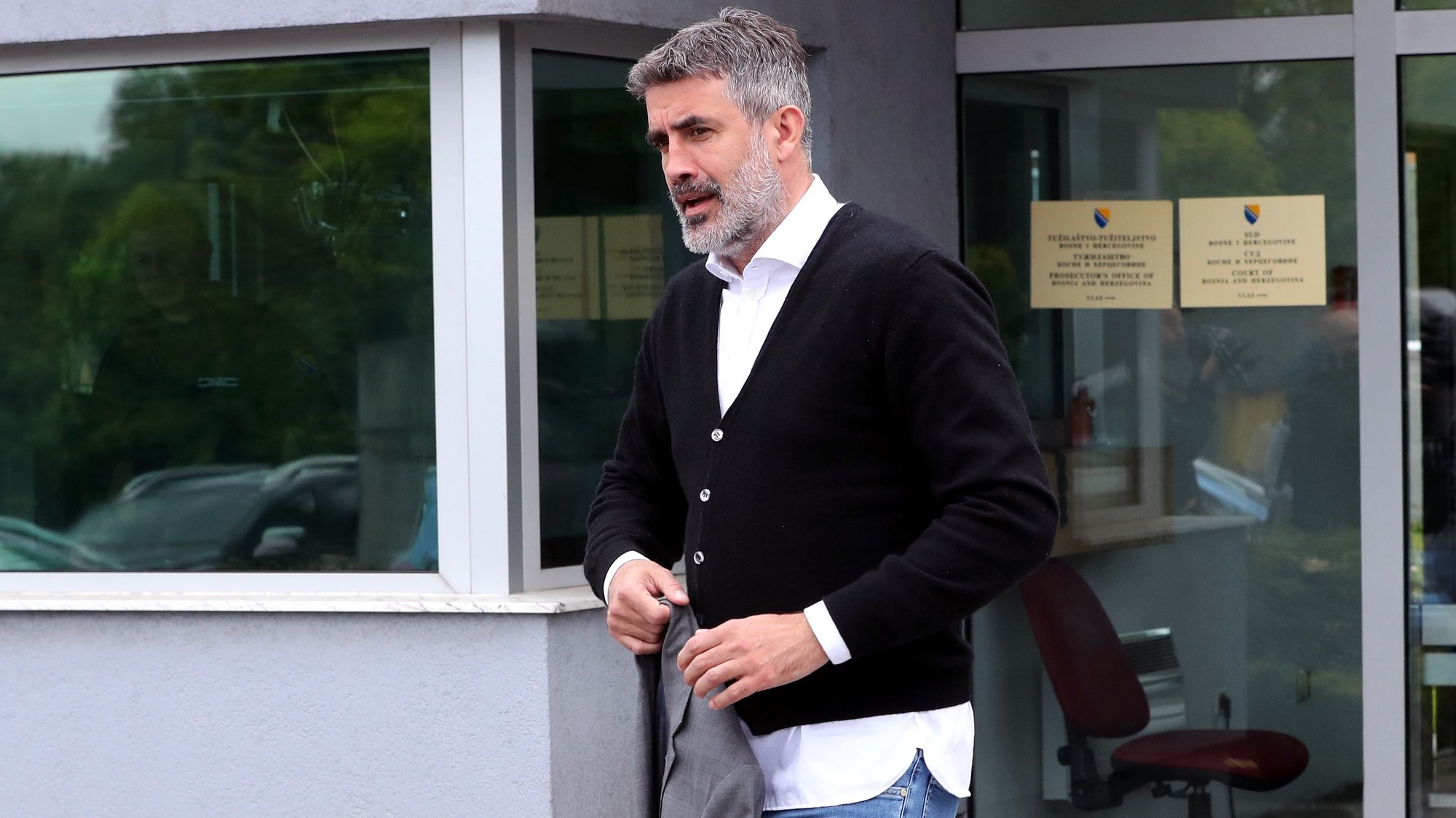 epa09211612 Zoran Mamic, the former coach of Dinamo football club from Zagreb, Croatia, arrives at the State Court of Bosnia and Herzegovina, in Sarajevo, 19 May 2021. Mamic was arrested earlr this morning in the Bosnian village of Medjugorje, some 150 kilometers from Sarajevo, on the basis of an international red warrant on request of Interpol in Zagreb, aimed at extraditing him to Croatia for the execution of a court judgment. Zoran Mamic was sentenced to 4 years and 8 months in prison in Croatia for withdrawing money from the Dinamo Zagreb soccer club.  EPA/FEHIM DEMIR