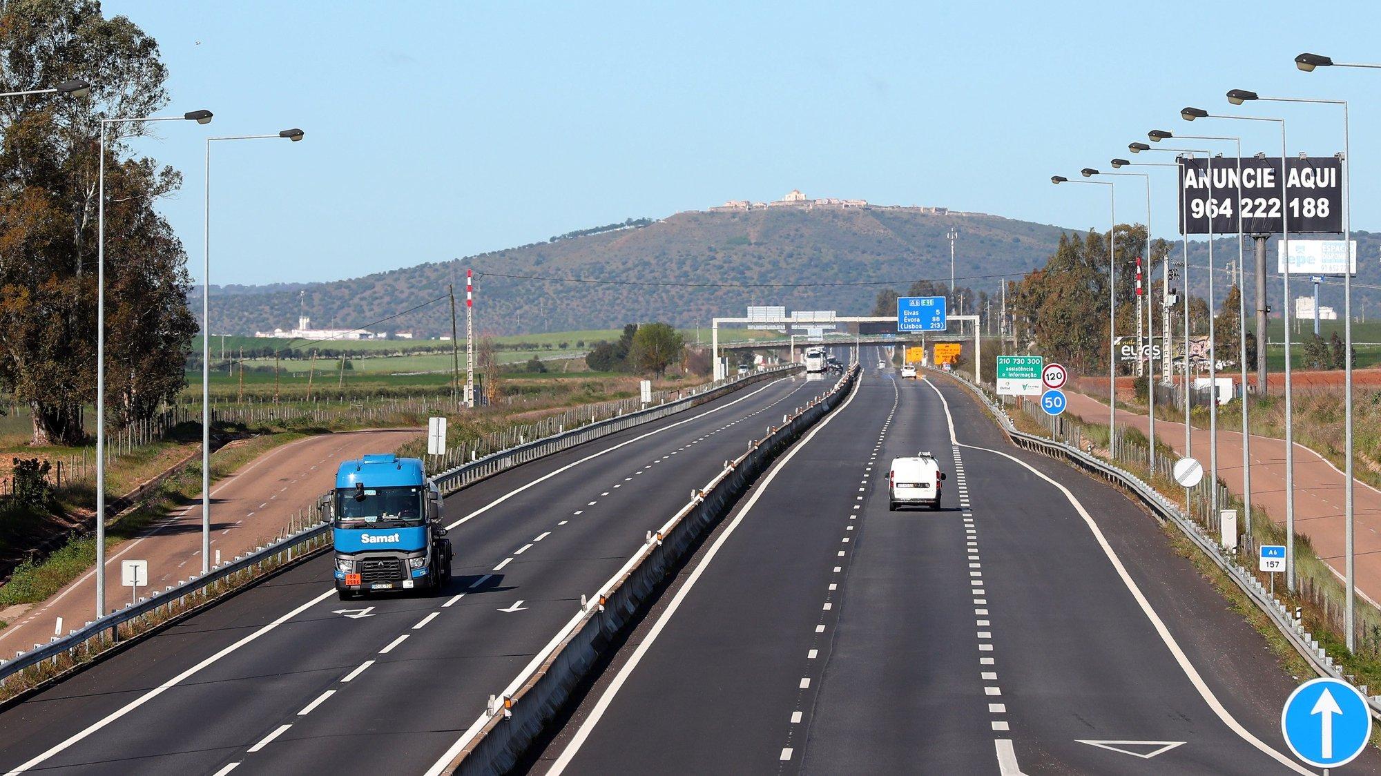 Auto estrada A6, na fronteira com Portugal (Caia - Elvas) circulam maioritariamente veículos de mercadorias, depois de ter sido decretado a partir de hoje o estado de alerta em Portugal e de emergência, e de o primeiro-ministro, António Costa, ter anunciado no domingo que Portugal e Espanha vão limitar a circulação na fronteira a mercadorias e trabalhadores transfronteiriço devido à pandemia do COVID - 19, em Badajoz, Espanha, 16 de março de 2020. NUNO VEIGA/LUSA