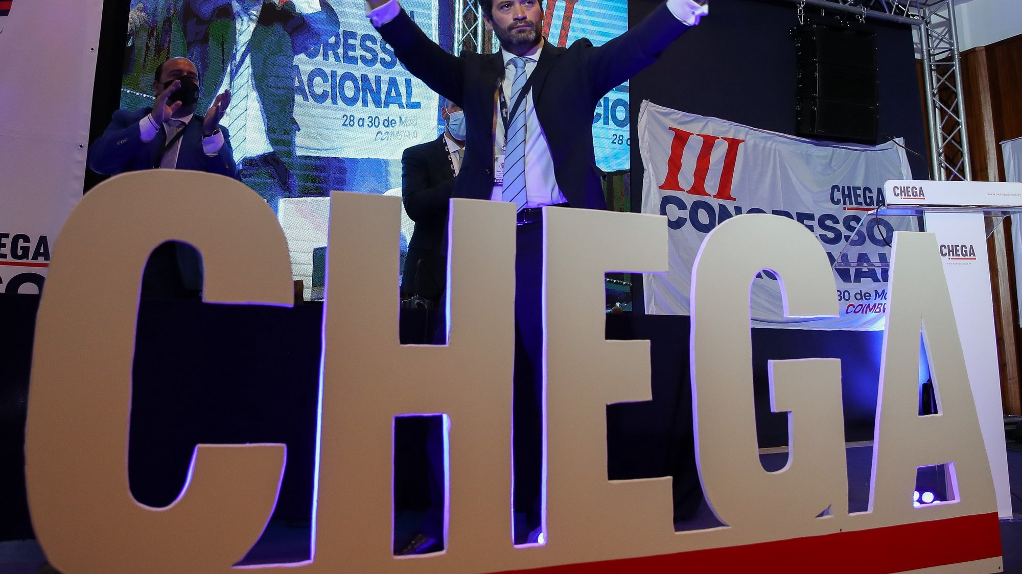 O presidente do Chega, André Ventura, celebra no final da sessão de encerramento do 3.º dia do III Congresso Nacional do Chega, que entretanto foi interrompida para repetição da eleição dos membros da mesa do congresso, em Coimbra, 30 de maio de 2021. PAULO NOVAIS/LUSA