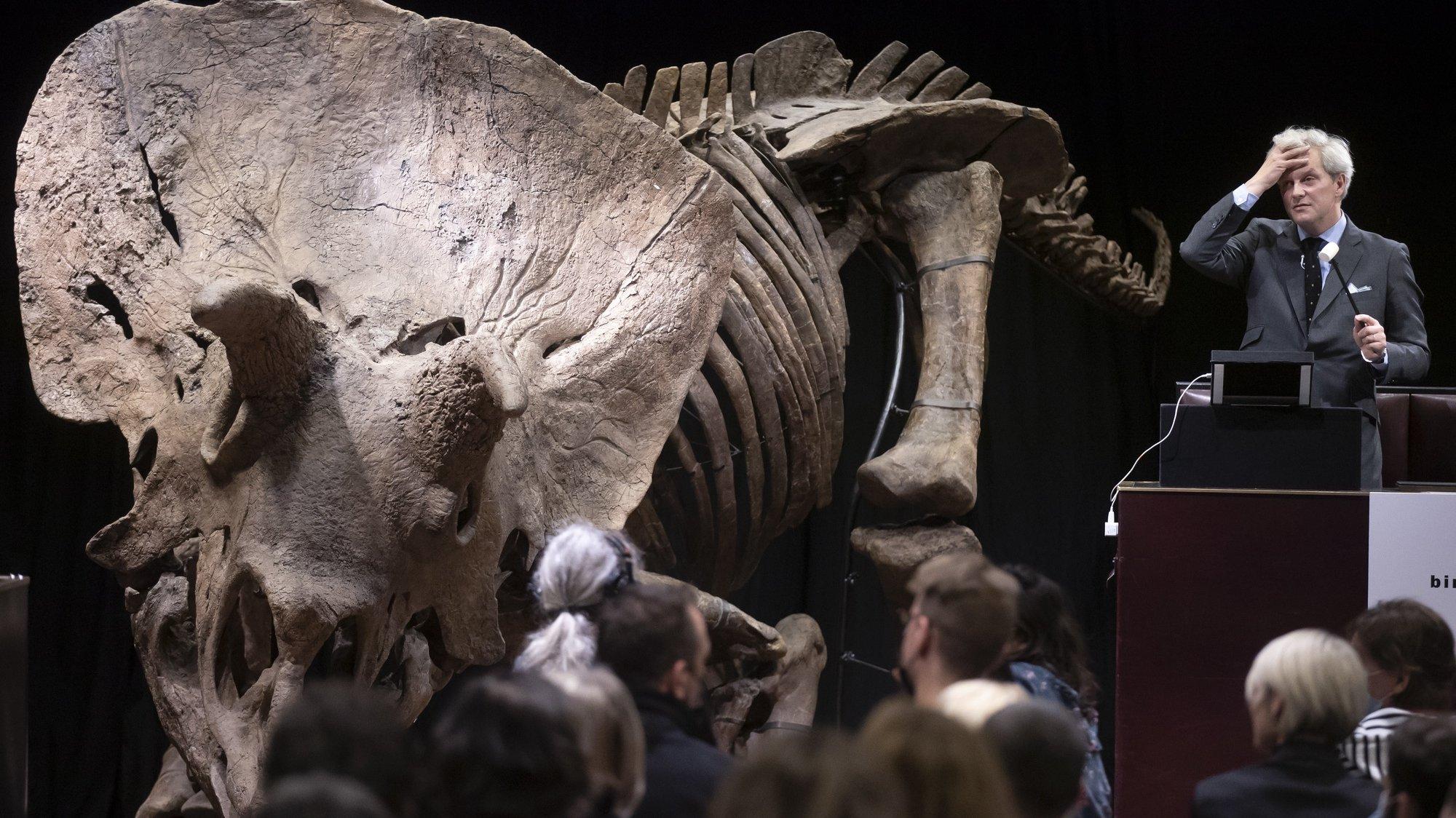 """Dinossauro """"Triceratops"""" leiloado em Paris, por 5,5 milhões de euros"""