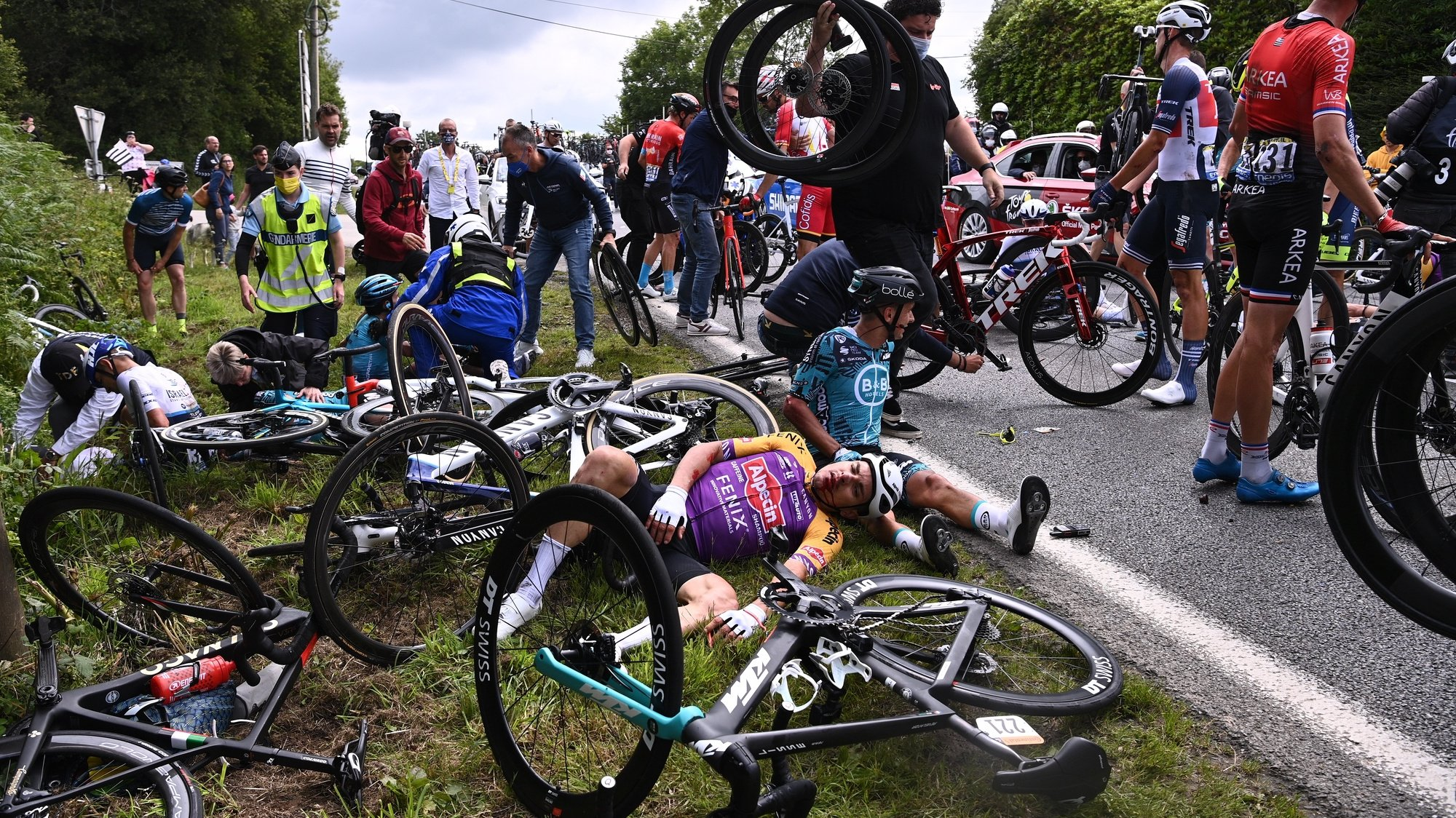 epa09303517 Riders react after a mass crash during the 1st stage of the Tour de France 2021 over 197.8km from Brest to Landerneau, France, 26 June 2021.  EPA/Anne-Christine Poujoulat / POOL
