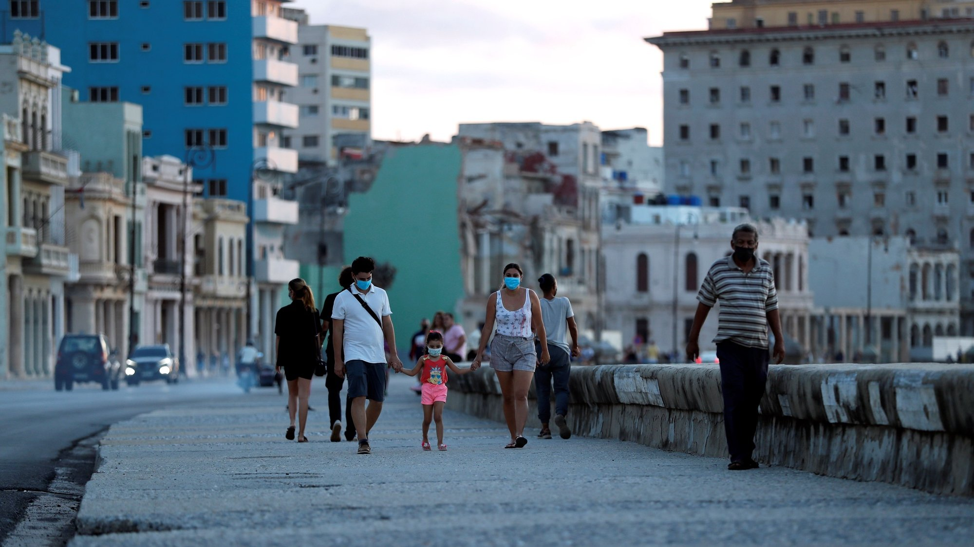 epa09498856 People spend the afternoon on the malecon in Havana, Cuba, 30 September 2021. The authorities of Havana announced the relaxation as of this Wednesday of some restrictive measures established due to COVID-19 in the areas of recreation and sports, due to the fact that Cuban capital has reported a sustained decrease in the contagion of this disease for eight weeks.  EPA/Ernesto Mastrascusa