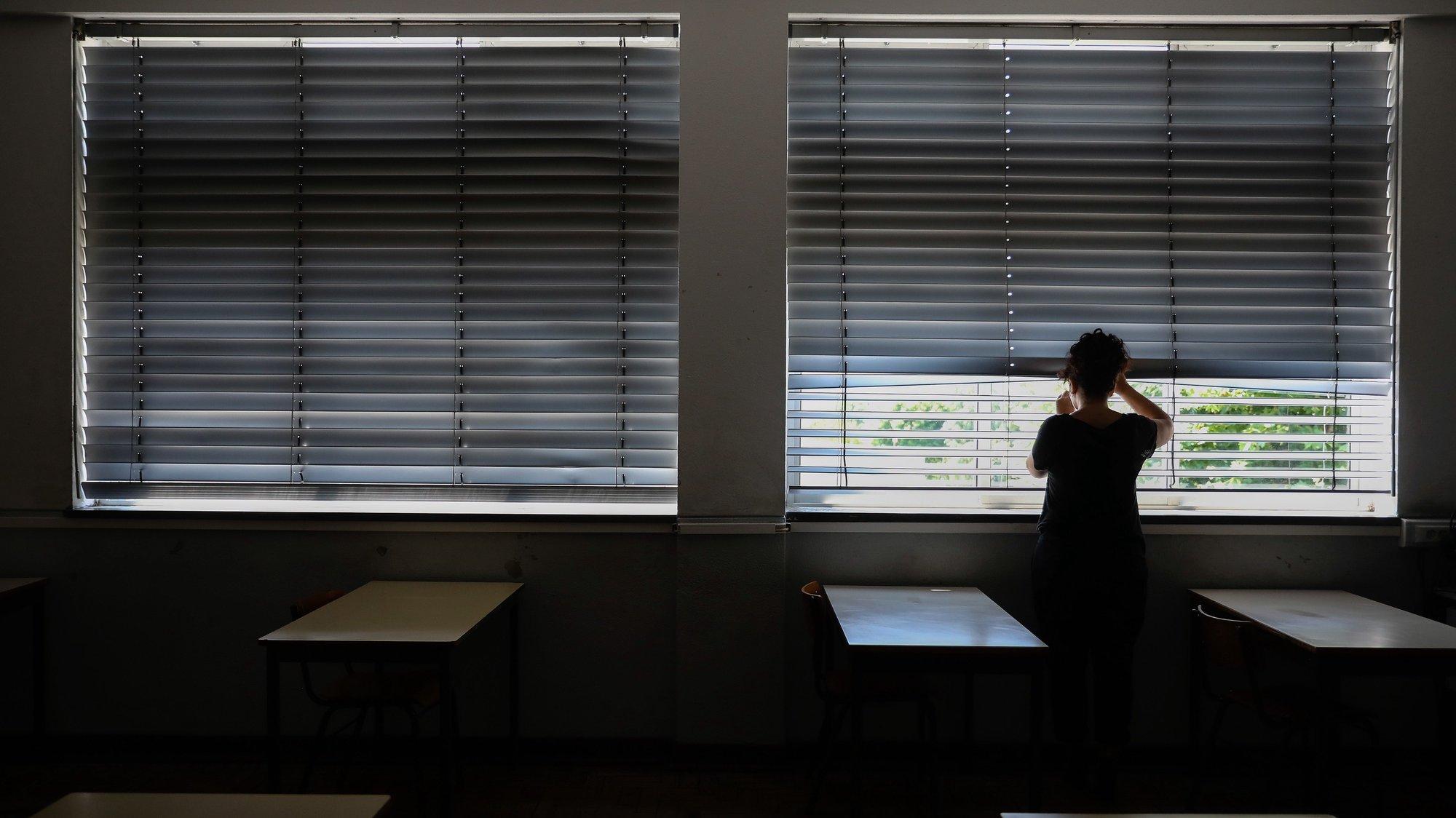 Sala de aula na escola Secundária Dr. Serafim Leite, durante uma reportagem no âmbito do ranking das escolas, em São João da Madeira, 22 de junho de 2020. O 'ranking' da Lusa, feito com base em dados disponibilizados pelo Ministério da Educação, tem em conta apenas as escolas onde foram feitos pelo menos 100 exames, analisando por isso as classificações de mais de 221 mil exames de 514 estabelecimentos de ensino públicos e privados. (ACOMPANHA TEXTO DA LUSA DO DIA 27 DE JUNHO DE 2020). JOSÉ COELHO/LUSA