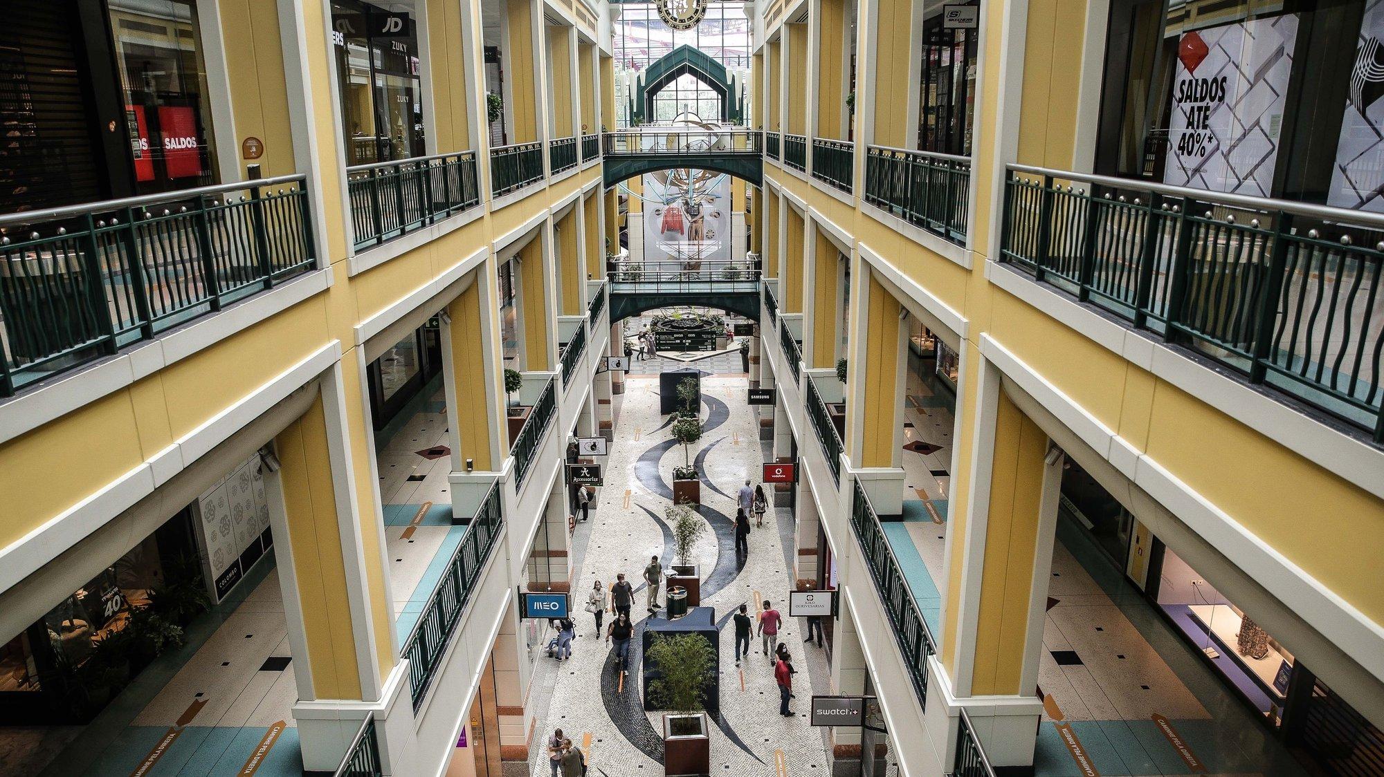 Pessoas percorrem o Centro Comercial Colombo, em Lisboa, 1 de junho de 2020. A atual situação da pandemia da covid-19 na região de Lisboa e Vale do Tejo impediu a abertura em pleno deste centro comercial. MÁRIO CRUZLUSA