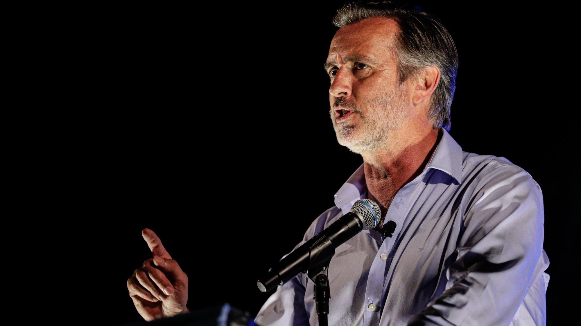 """O presidente do partido e deputado único, João Cotrim Figueiredo, discursa durante a iniciativa 'Rentrée"""" política """"A'gosto da Liberdade"""", em Albufeira, Faro, 13 de agosto de 2021. LUÍS FORRA/LUSA"""