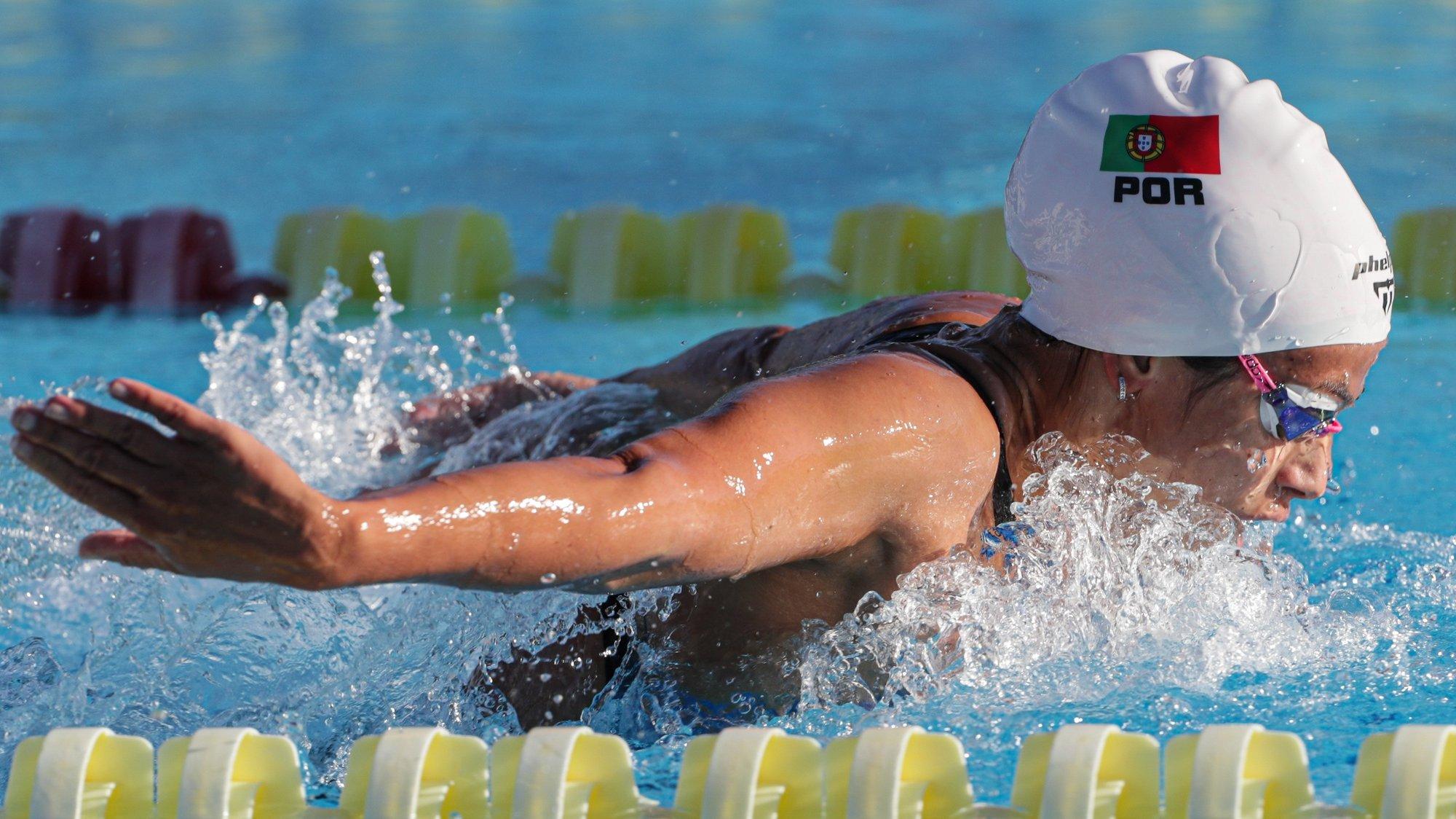 A atleta Portuguesa, Ana Catarina Monteiro, em ação nos 200 m mariposa durante o Open de Natação Pura Loulé 2020, nas piscinas municipais de Loulé, Faro, 14 de agosto de 2020. O Open de Loulé 2020 realiza-se entre os dias 14 e 16 de agosto e conta com a participação de seleções olímpicas de Espanha, Brasil e Portugal. LUÍS FORRA / LUSA