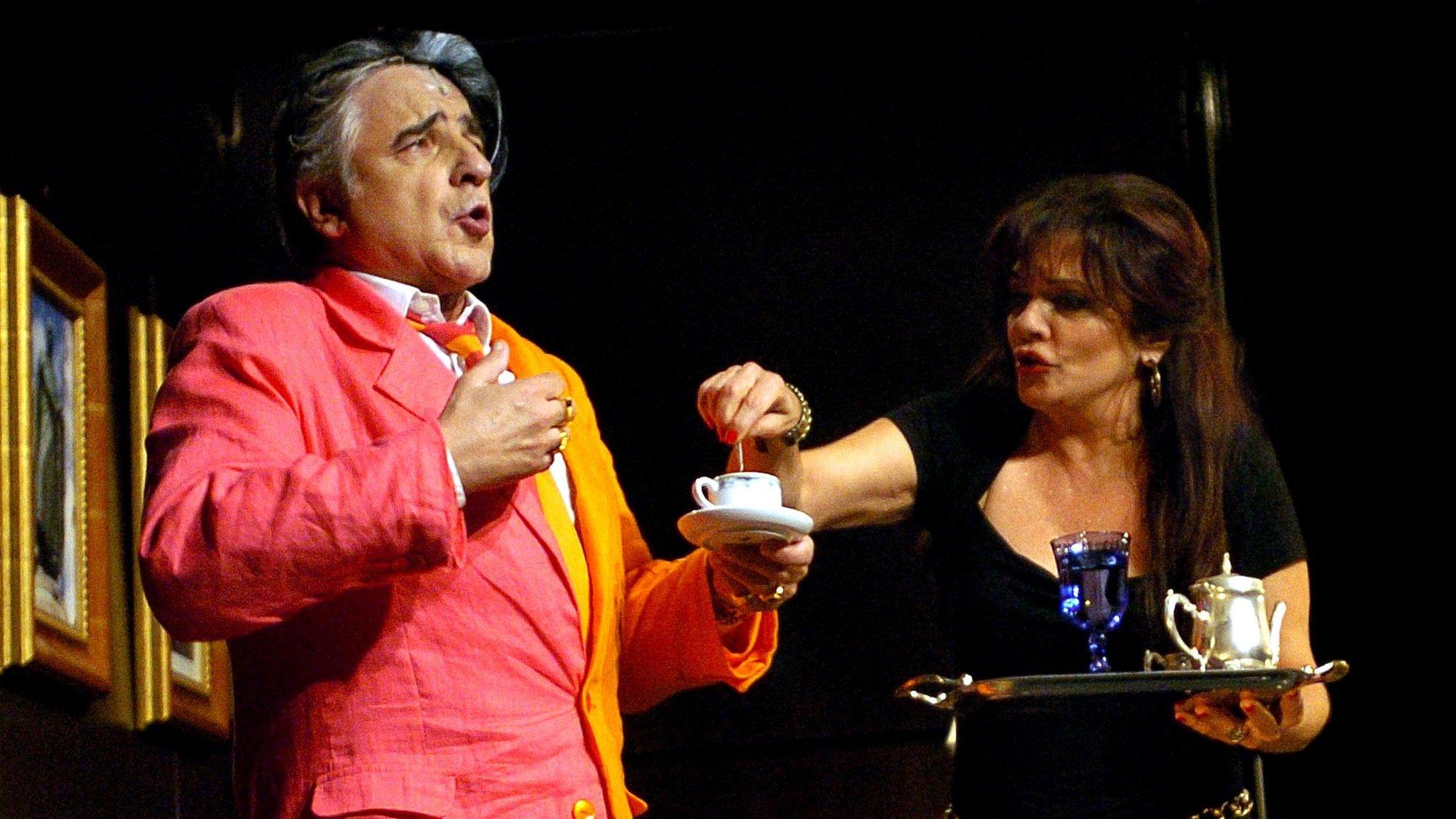 "Igor Sampaio e Rita Ribeiro durante a comédia musical ""Marquês de Pombal"" da autoria de Francisco Moita Flores no Teatro Independente de Oeiras, 16 de Junho de 2007. (ACOMPANHA TEXTO). MANUEL DE ALMEIDA / LUSA"