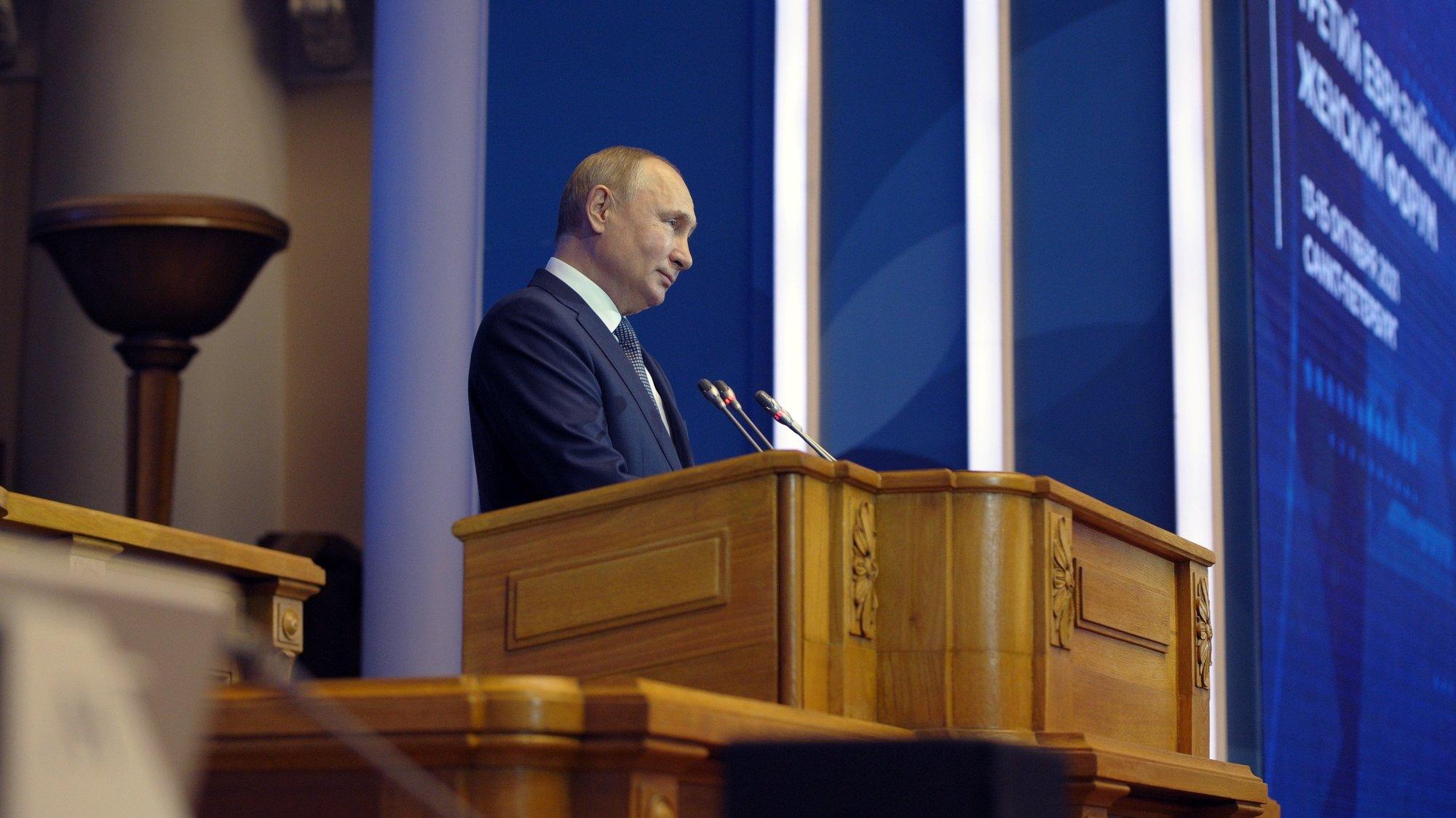 epa09523876 Russian President Vladimir Putin delivers a speech during the Third Eurasian Women's Forum held at the Tauride Palace, in St. Petersburg, Russia, 14 October 2021.  EPA/MIKHAEL KLIMENTYEV / SPUTNIK / KREMLIN POOL