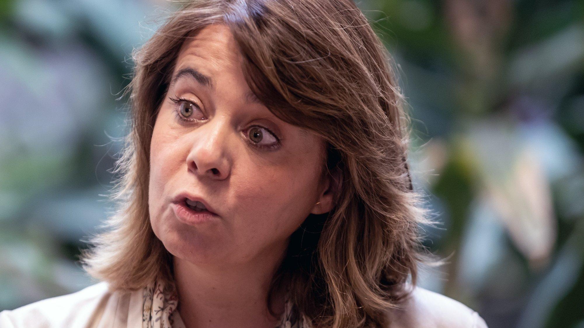 A coordenadora do Bloco de Esquerda (BE), Catarina Martins, presta declarações à imprensa após uma visita à primeira sala fixa de consumo assistido de drogas em Portugal, inaugurada este ano pela vereação do Bloco de Esquerda, na zona do Casal Ventoso, em Lisboa, 22 de julho de 2021. JOSÉ SENA GOULÃO/LUSA