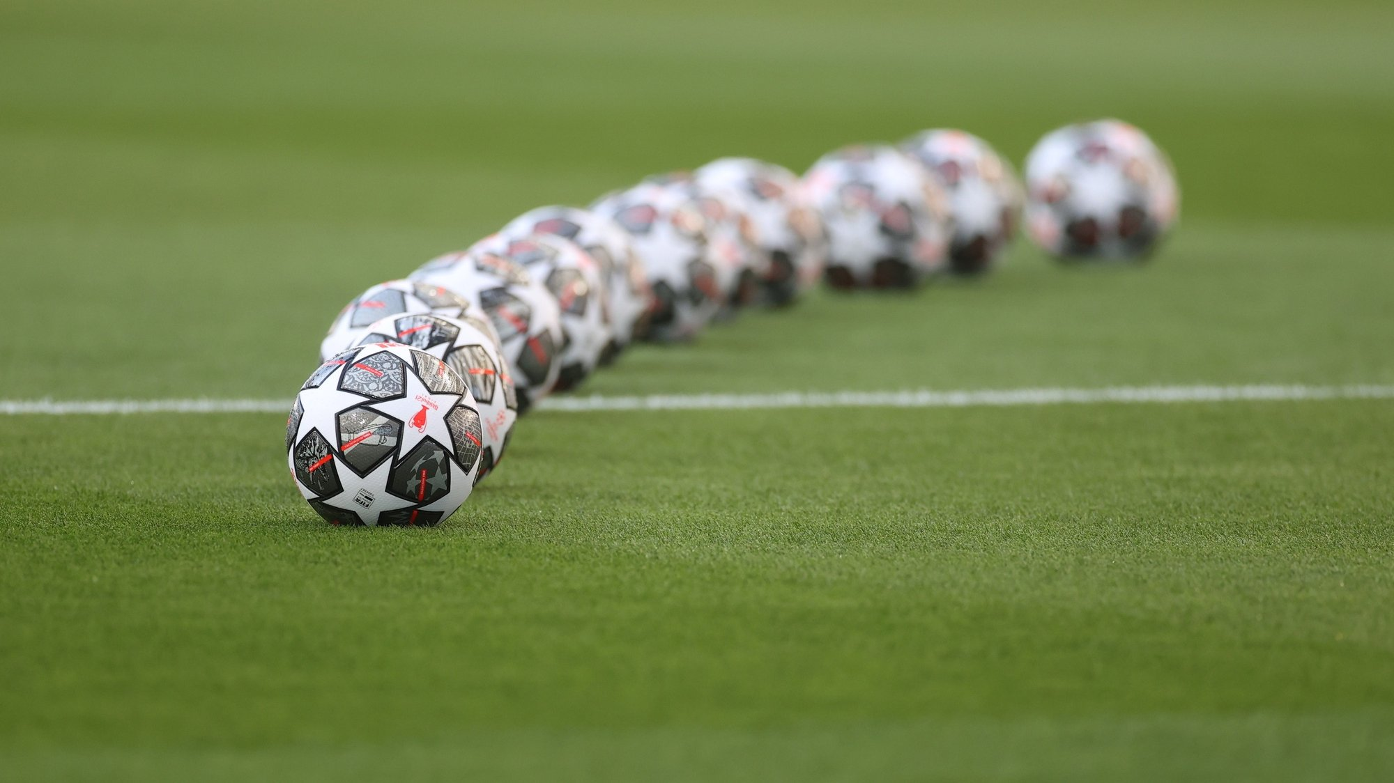 epa09235369 Official match balls are seen before the UEFA Champions League final between Manchester City and Chelsea FC in Porto, Portugal, 29 May 2021.  EPA/Carl Recine / POOL