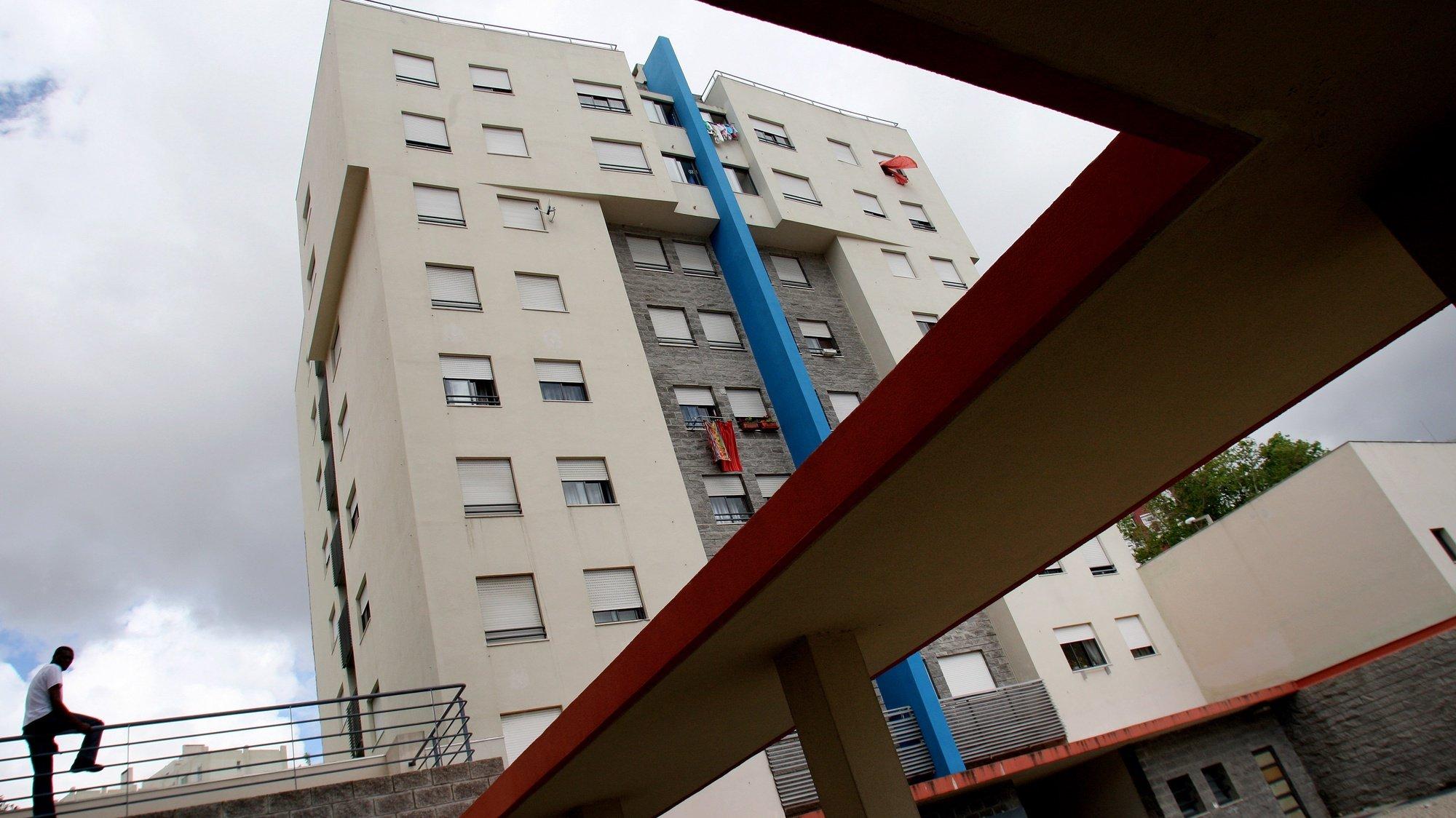 Azulejos do mestre Lima de Freitas e jardins dão as boas-vindas aos moradores de um bairro social nos Olivais Sul, um exemplo de integração que contrasta com a degradação de alguns bairros de realojamento que são notícia pelas piores razões, em Lisboa, 14 Maio 2009, em Lisboa. (ACOMPANHA TEXTO). MARIO CRUZ/LUSA