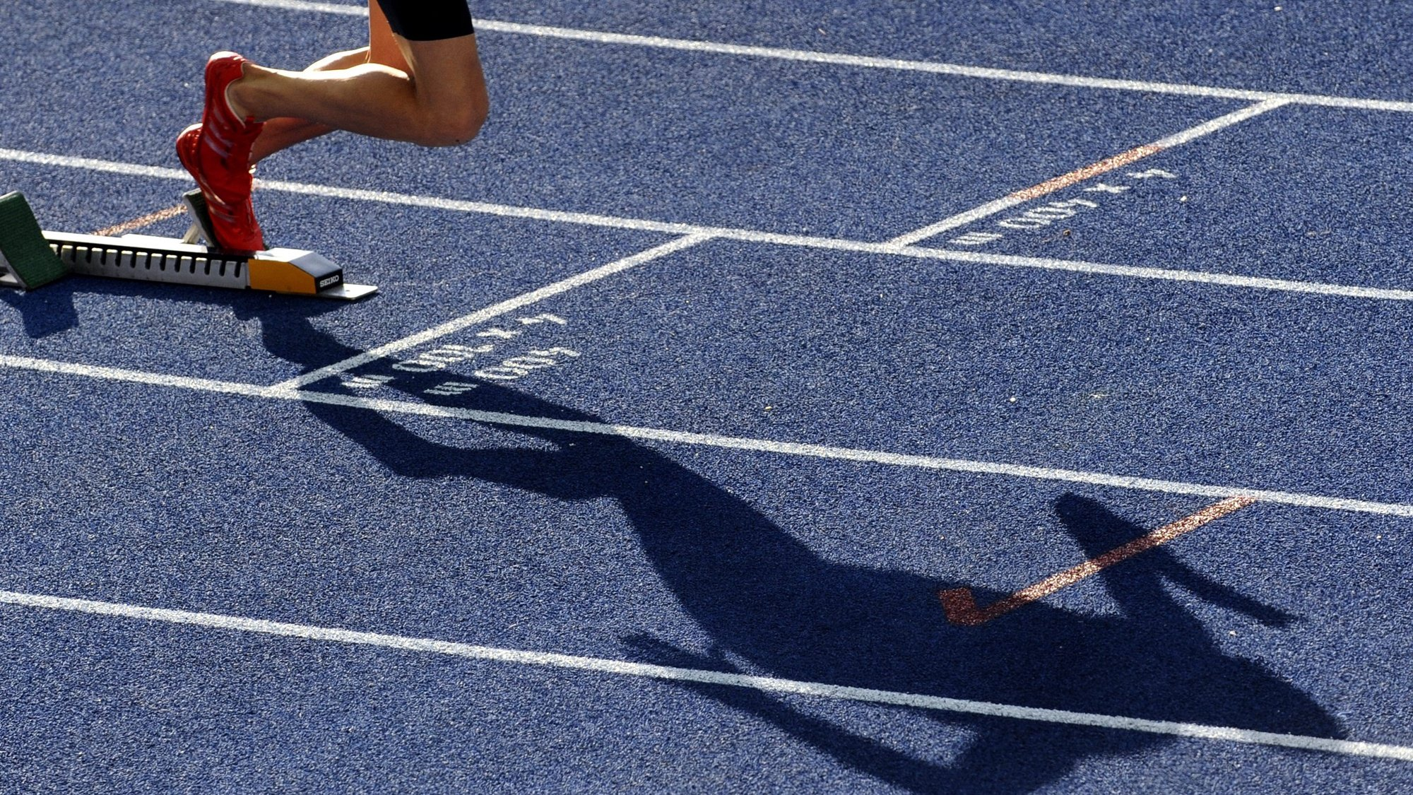 epa01829141 The shadow of Jeremy Wariner of USA seen during the 400m Semi Final at the 12th IAAF World Championships in Athletics, Berlin, Germany, 19 August 2009.  EPA/RAINER JENSEN