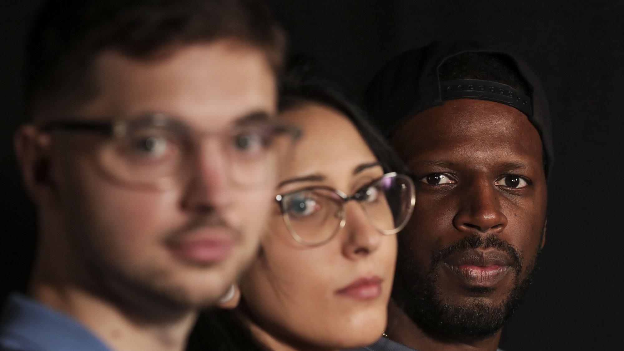 Entrevista com o cantor Dino D'Santiago (D), o DJ e produtor Holly (E) e a artista visual Daniela Guerreiro (C)