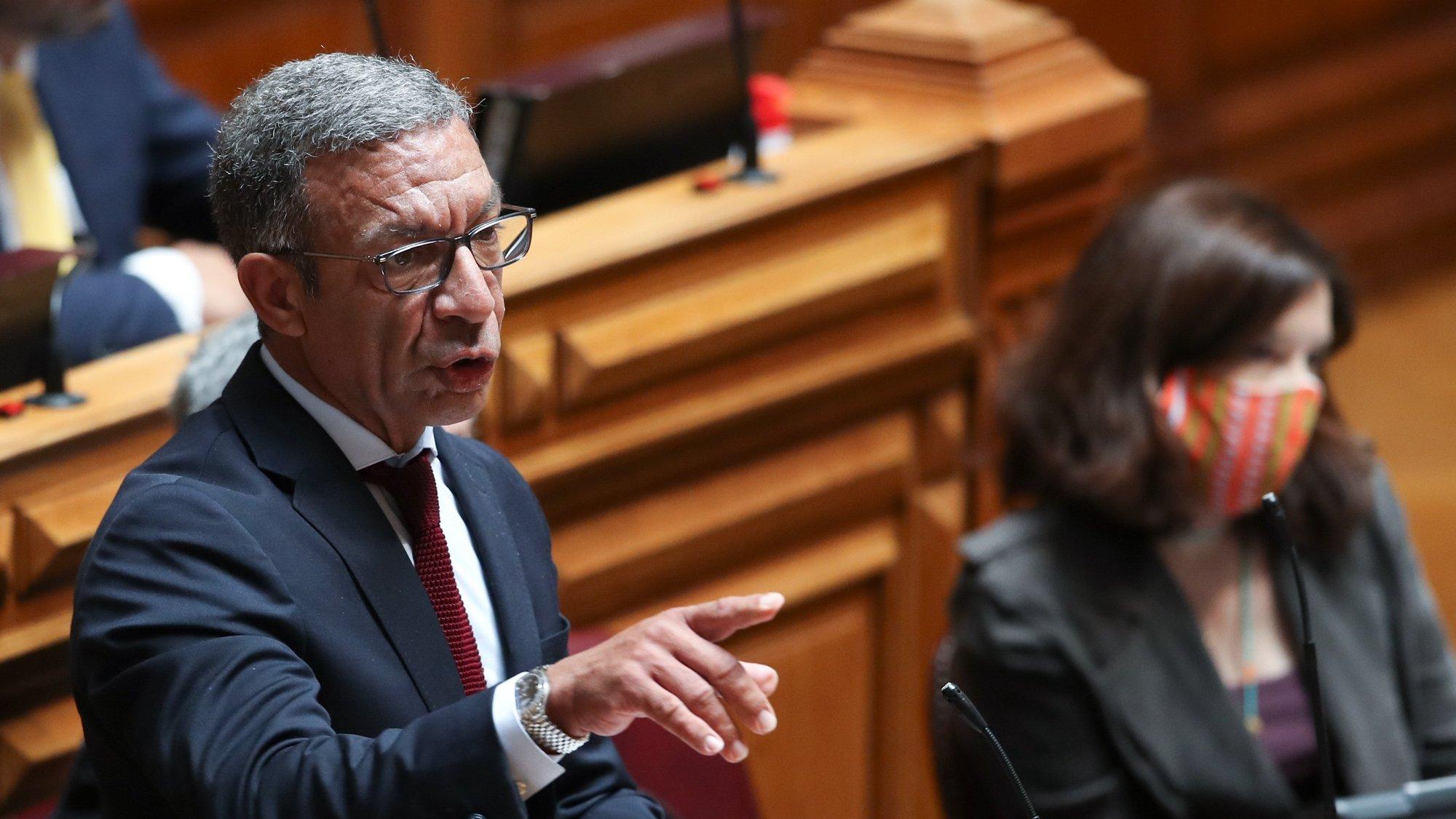 O deputado do Partido Social Democrata (PSD), Duarte Pacheco, intervém durante o debate e votação da proposta do orçamento suplementar para 2020, na Assembleia da República, em Lisboa, 17 de junho de 2020. MANUEL DE ALMEIDA/LUSA