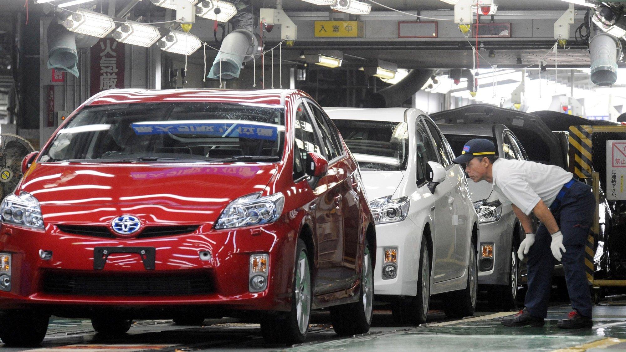 trabalhadores japoneses inspeccionam o Toyota Motor Corp Prius 2009