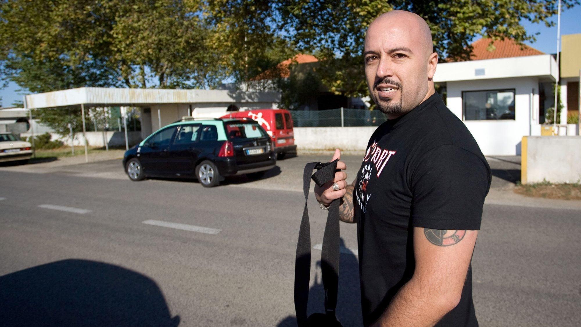 O líder dos Skinheads, Mário Machado, após falar aos jornalistas à entrada do Tribunal Criminal de Lisboa, em Monsanto,