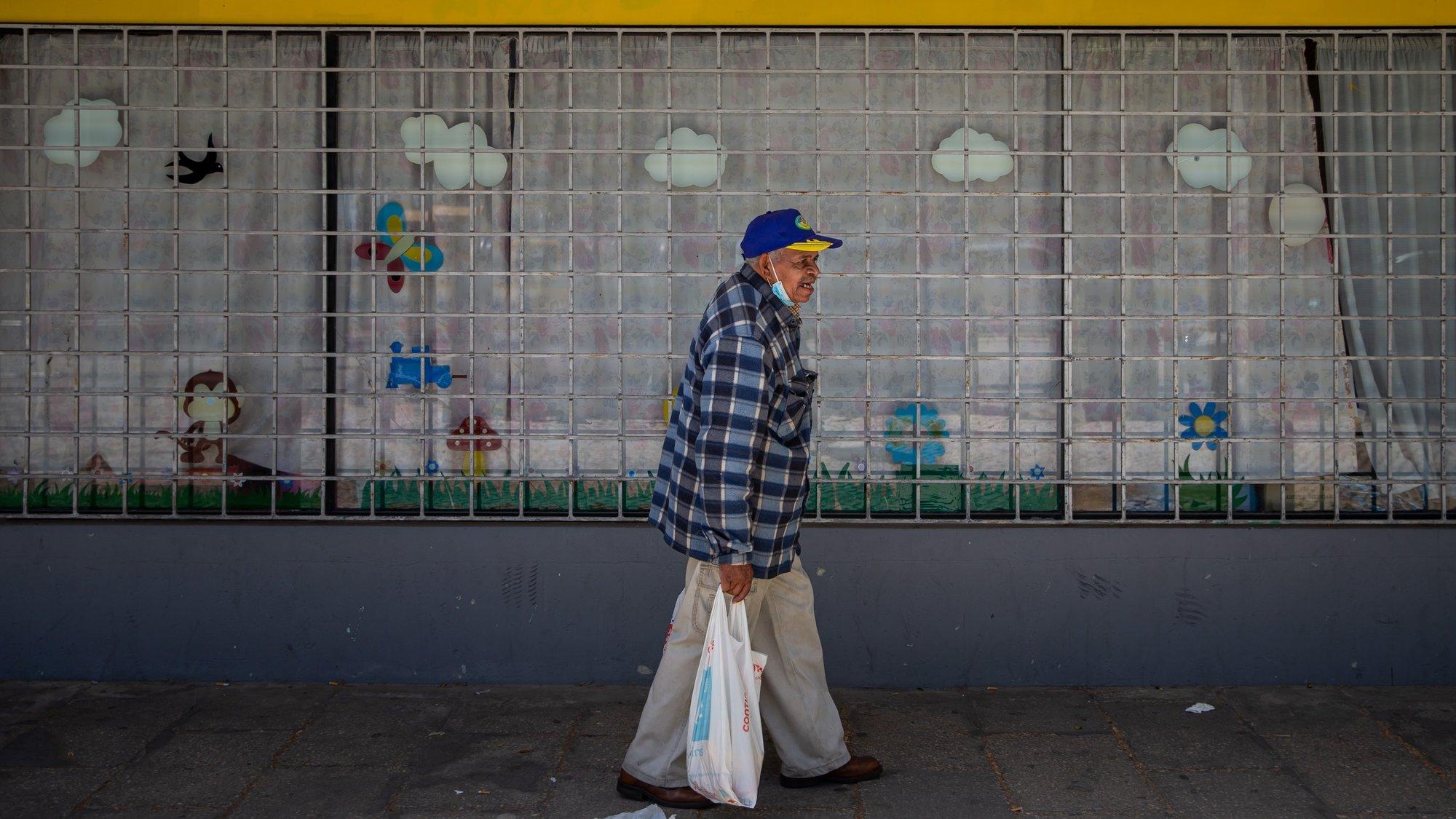 Um morador do Bairro Branco, carrega sacos de alimentos provenientes do Banco Alimentar contra a Fome, na Associação Padre Amadeu Pinto, que funciona desde 2007 e atua na prevenção contra o crime, apoio a crianças em contexto de pobreza e distribuição de alimentos, no Bairro Branco, Pragal, Almada, 22 de abril de 2021. (ACOMPANHA TEXTO DE 03 DE MAIO DE 2021). JOSÉ SENA GOULÃO/LUSA