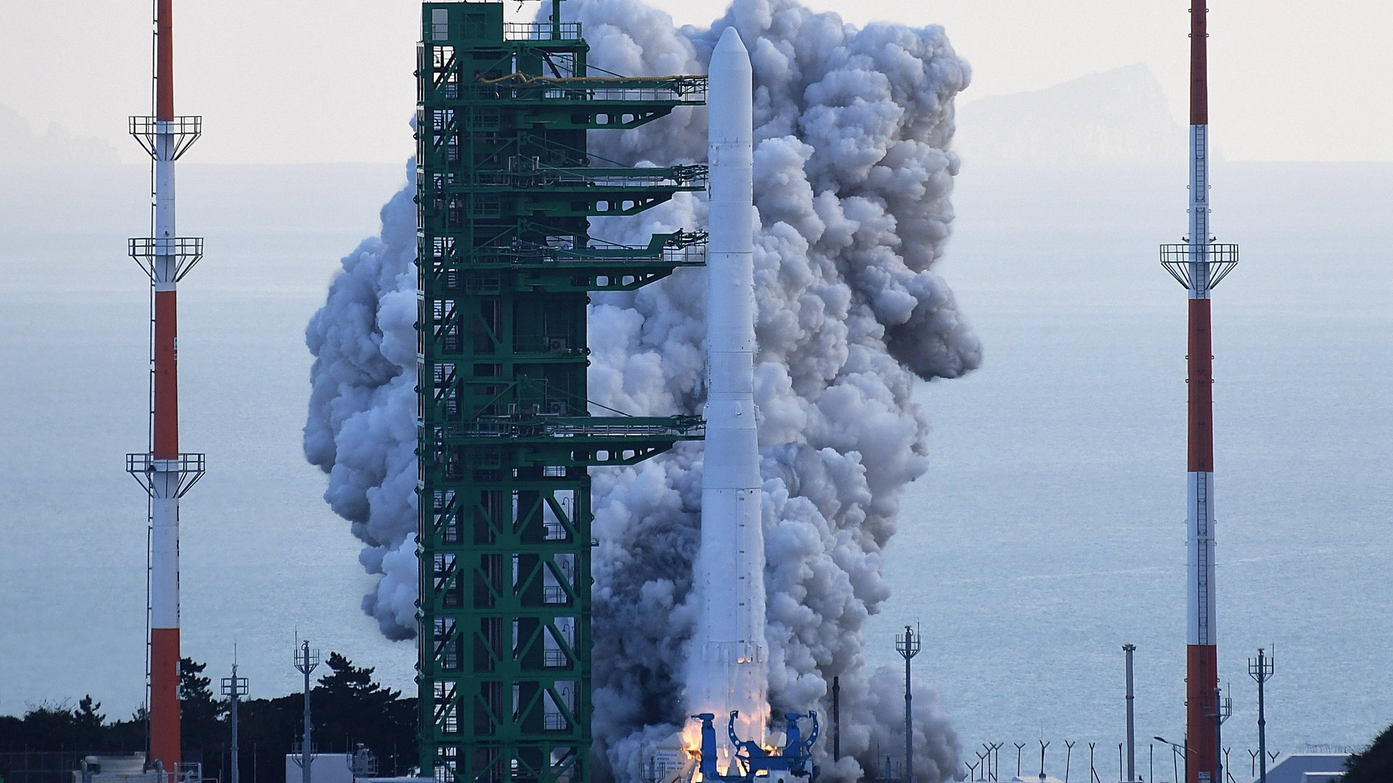 epa09535487 South Korea's first homegrown space launch vehicle, known as Nuri, lifts off from the Naro Space Center in Goheung, South Jeolla Province, some 473km south of Seoul, South Korea, 21 October 2021.  EPA/YONHAP / POOL SOUTH KOREA OUT