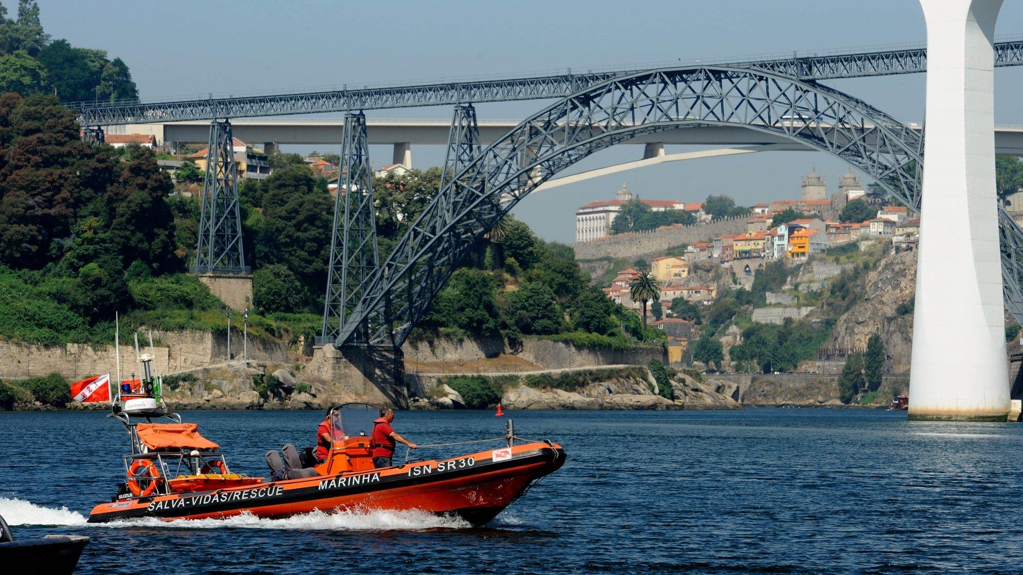 Elementos da Polícia Marítima do Douro e elementos do Instituto de Socorros a Náufragos, apoiados por duas lanchas,  fazem buscas para encontrar o jovem de 15 anos desaparecido no domingo no rio Douro na zona do Areinho, Avintes, em Vila Nova de Gaia, 30 de julho de 2012.    FERNANDO VELUDO/LUSA
