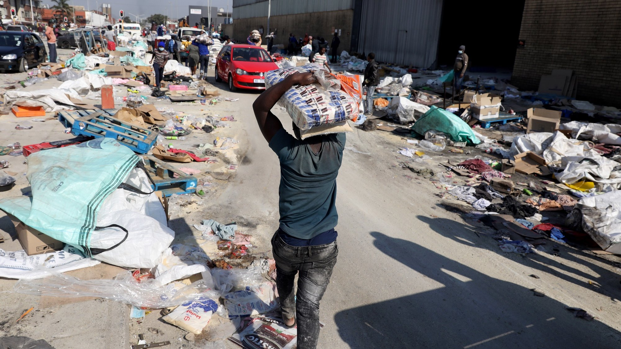 epa09346663 Looters continue to loot goods from a sugar warehouse in Mobeni as looting continues, in Durban, South Africa, 15 July 2021. Days of looting in both Johannesburg and Durban have caused billions of Rands of damage as an estimated 200 shopping malls where effected.  EPA/STR
