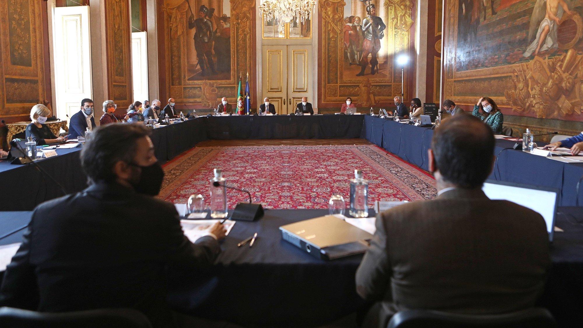 O primeiro-ministro António Costa (C), durante a reunião extraordinária do Conselho de Ministros, para definir medidas de controle da pandemia, no Palácio da Ajuda, em Lisboa, 31 de outubro de 2020. ANTÓNIO PEDRO SANTOS/LUSA