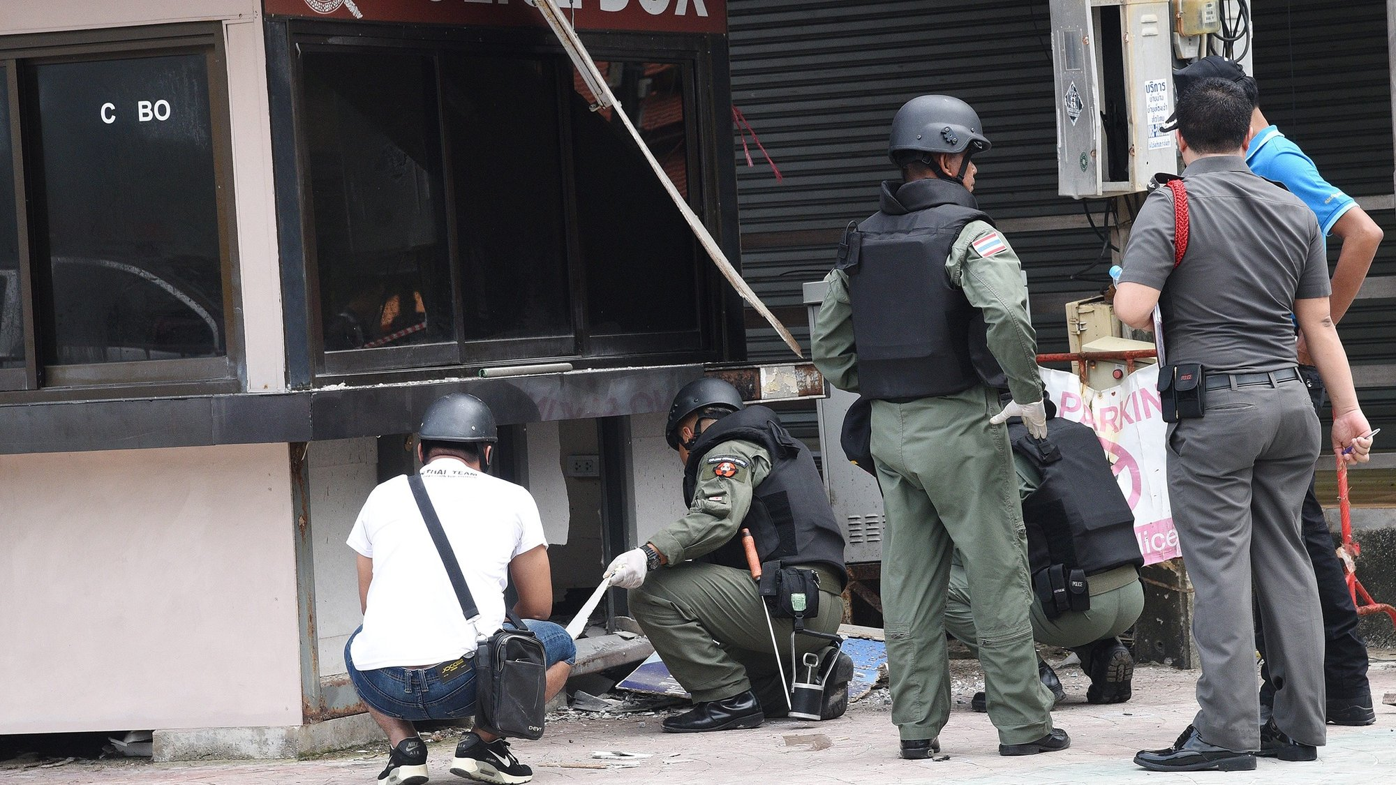 epa05476328 Thai members of the Explosive Ordnance Disposal (EOD) and other officials inspect the scene where a bomb exploded at a Police box station in the Patong beach area, in Phuket province, southern Thailand, 12 August 2016. Two bombs exploded in Phuket's Patong beach area where at least one was injured, police said. Thailand's authorities have increased security measures in crowded tourist areas after a series of bomb blasts in several provinces of Thailand, were launched in Trang province, Surat Thani province, Phuket province including in Hua Hin, where at least two people were killed and more than 20 injured after several bomb explosions.  EPA/DAILY NEWS THAILAND OUT -- NO COMMERCIAL OR EDITORIAL SALE IN THAILAND --  EDITORIAL USE ONLY/NO SALES/NO ARCHIVES