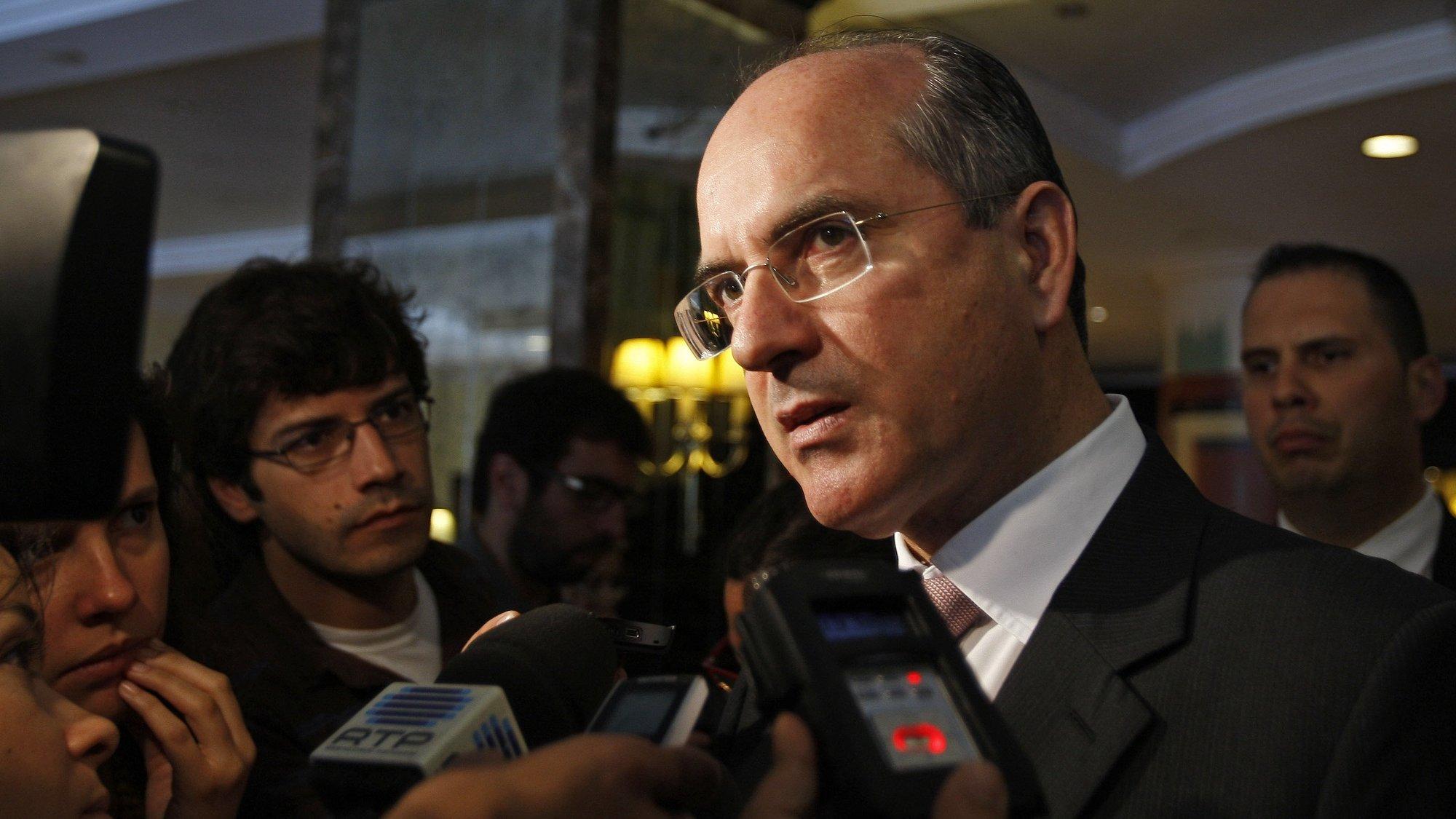 O ex-Presidente do BPP (Banco Privado Português), João Rendeiro, sai da assembleia-geral da Privado Holding, para análise do recurso do banco ao fundo lançado pelo Governo, hoje 21 de Maio de 2009 num hotel de Lisboa. TIAGO PETINGA/LUSA