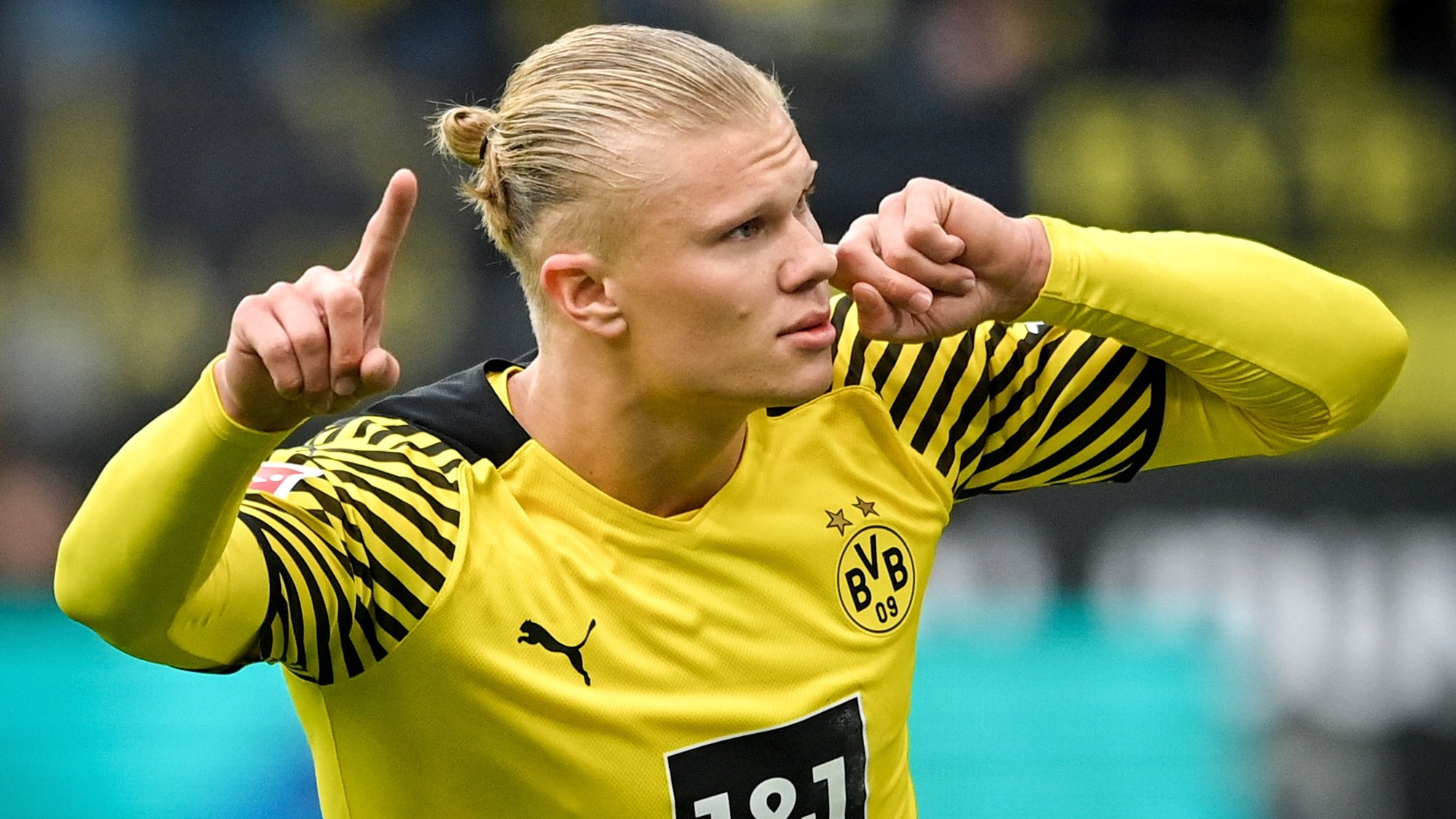 epaselect epa09527219 Dortmund's Erling Haaland celebrates after scoring the 2-0 lead from the penalty spot during the German Bundesliga soccer match between Borussia Dortmund and 1. FSV Mainz 05 at Signal Iduna Park in Dortmund, Germany, 16 October 2021.  EPA/SASCHA STEINBACH CONDITIONS - ATTENTION: The DFL regulations prohibit any use of photographs as image sequences and/or quasi-video.