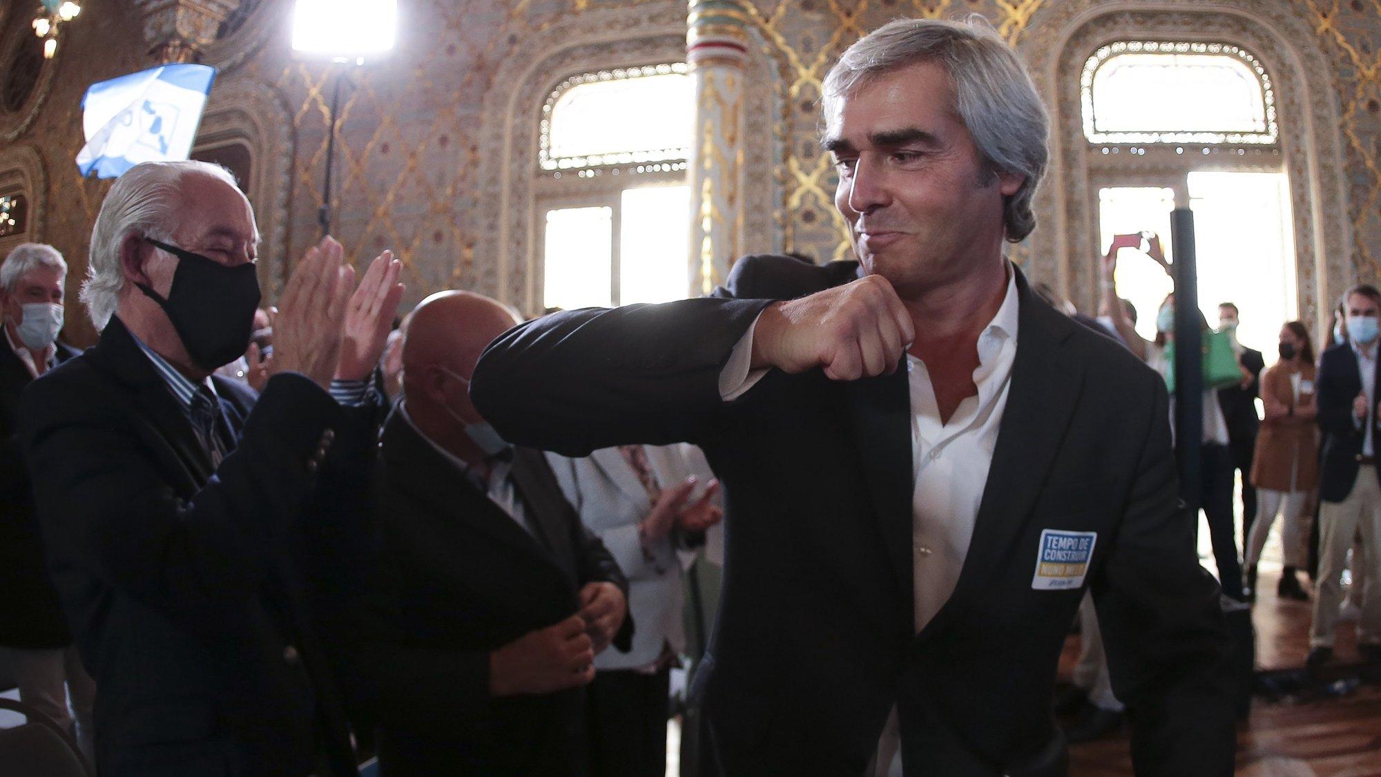 O Eurodeputado do CDS-PP, Nuno Melo (D), cumprimenta apoiantes durante a apresentação da sua candidatura à liderança do partido, no Palácio da Bolsa, na cidade do Porto, 9 de outubro de 2021. MANUEL FERNANDO ARAÚJO/LUSA