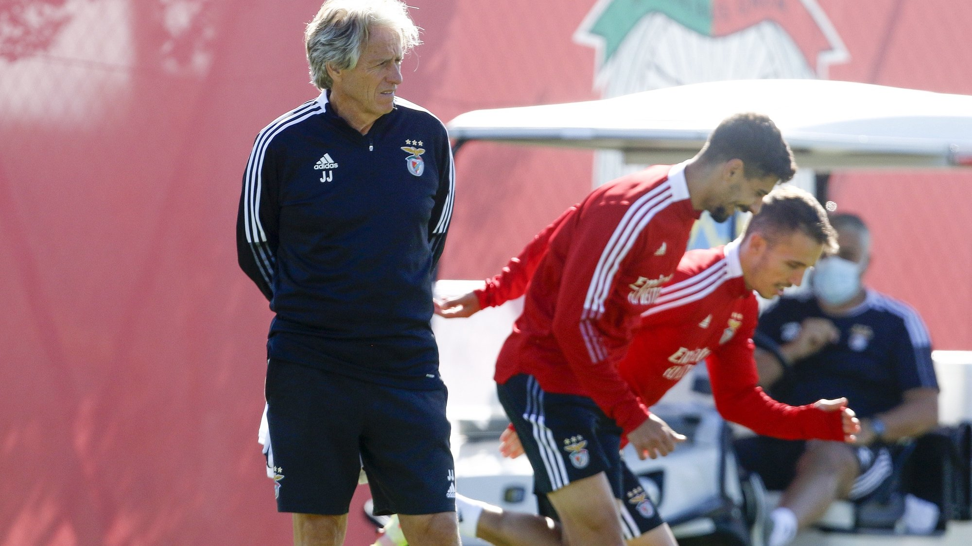 epa09492621 Benfica head coach Jorge Jesus during a training session in Seixal, Portugal, 28 September 2021. Benfica will face FC Barcelona in Lisbon on 29 September 2021 in their UEFA Champions League group stage soccer match.  EPA/RUI MINDERICO