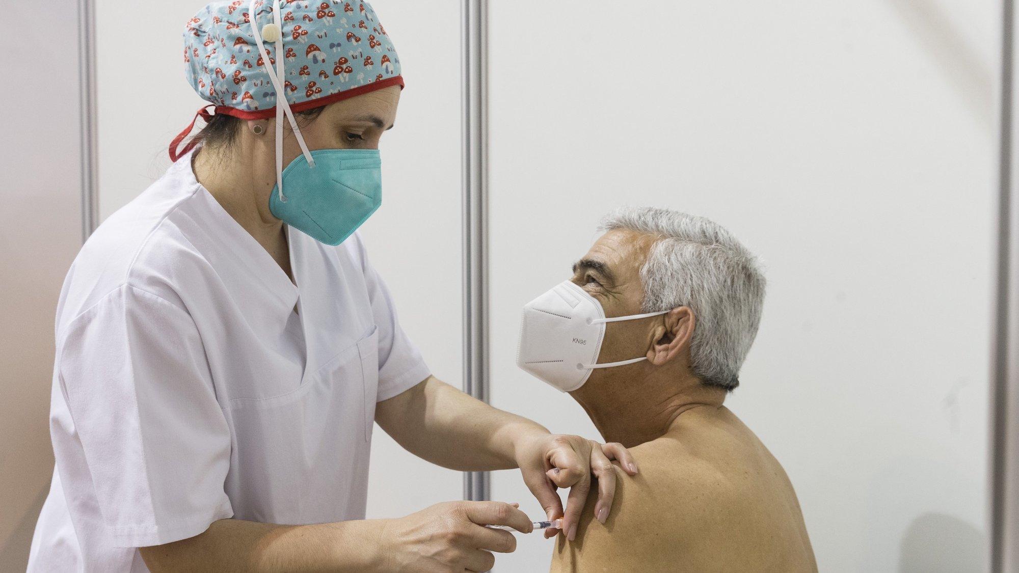 Um idoso é vacinado no Centro de Vacinação Covid 19 CVC-Maia II na Maia, 21 de abril de 2021. JOSÉ COELHO/LUSA