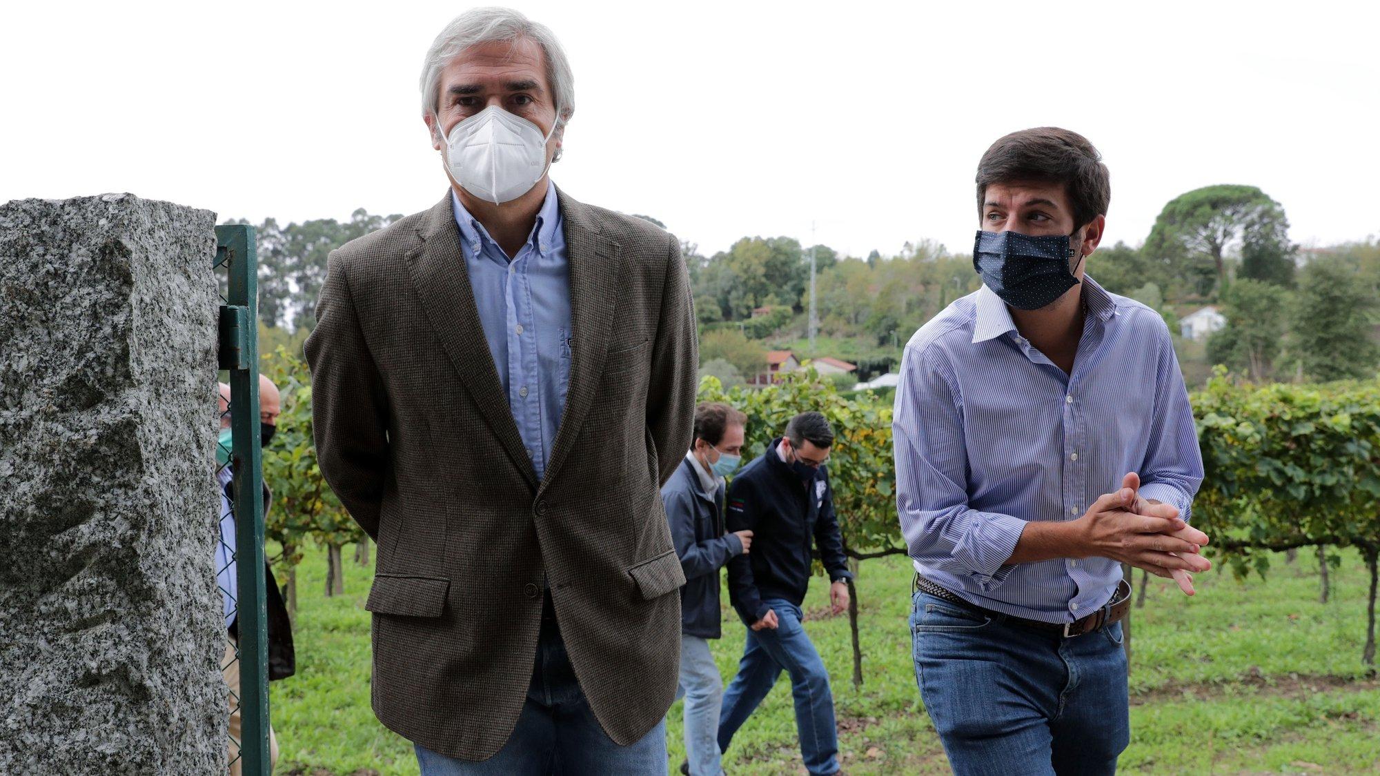 O presidente do CDS-PP, Francisco Rodrigues dos Santos (D), com o eurodeputado Nuno Melo durante a visita à Quinta da Aveleira em Guimarães, 26 setembro 2020. ESTELA SILVA/LUSA