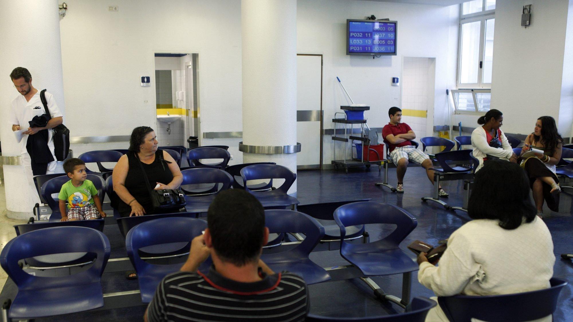 Utentes aguardam numa sala de espera por uma consulta no Hospital Santa Maria