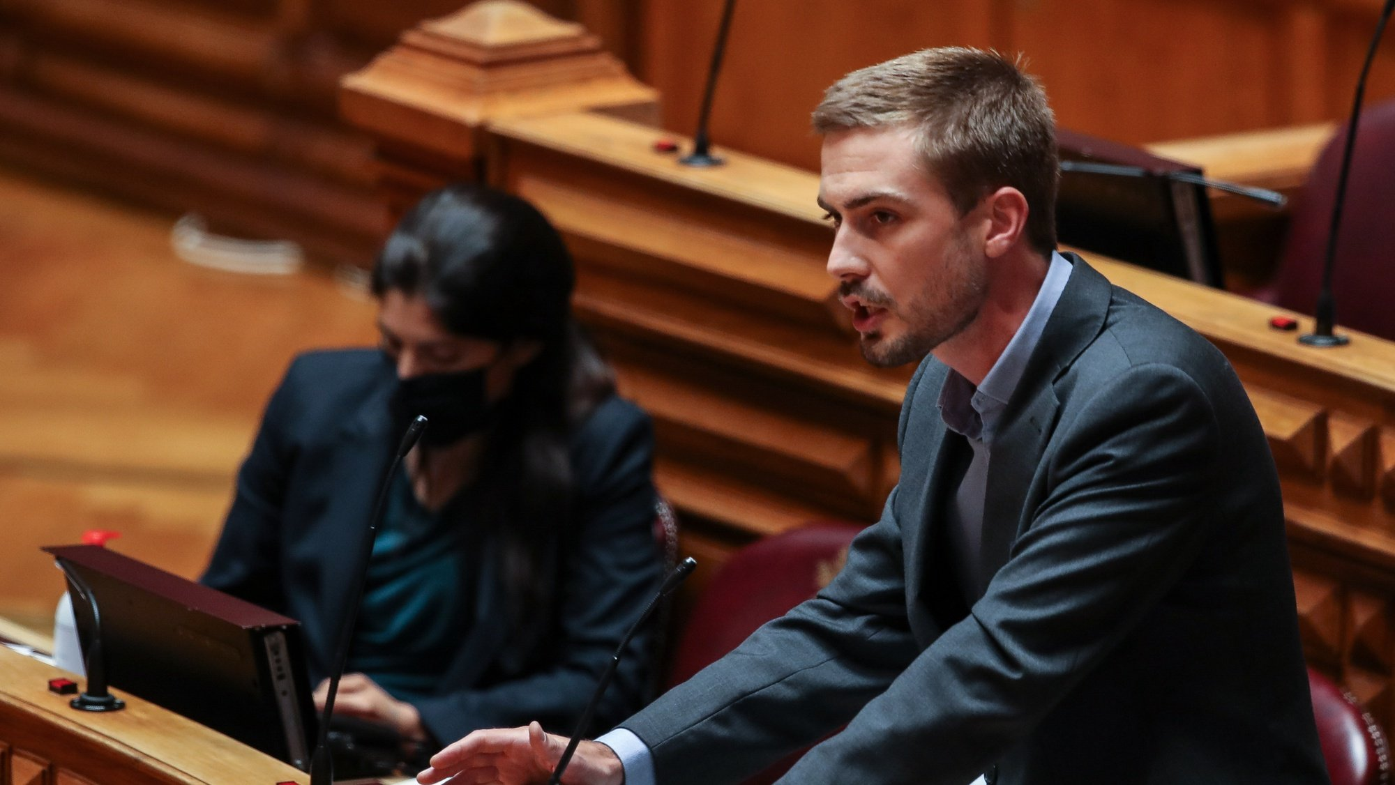 O deputado do Partido Comunista Português (PCP), Duarte Alves, intervém durante o debate e votação da proposta do orçamento suplementar para 2020, na Assembleia da República, em Lisboa, 17 de junho de 2020. MANUEL DE ALMEIDA/LUSA